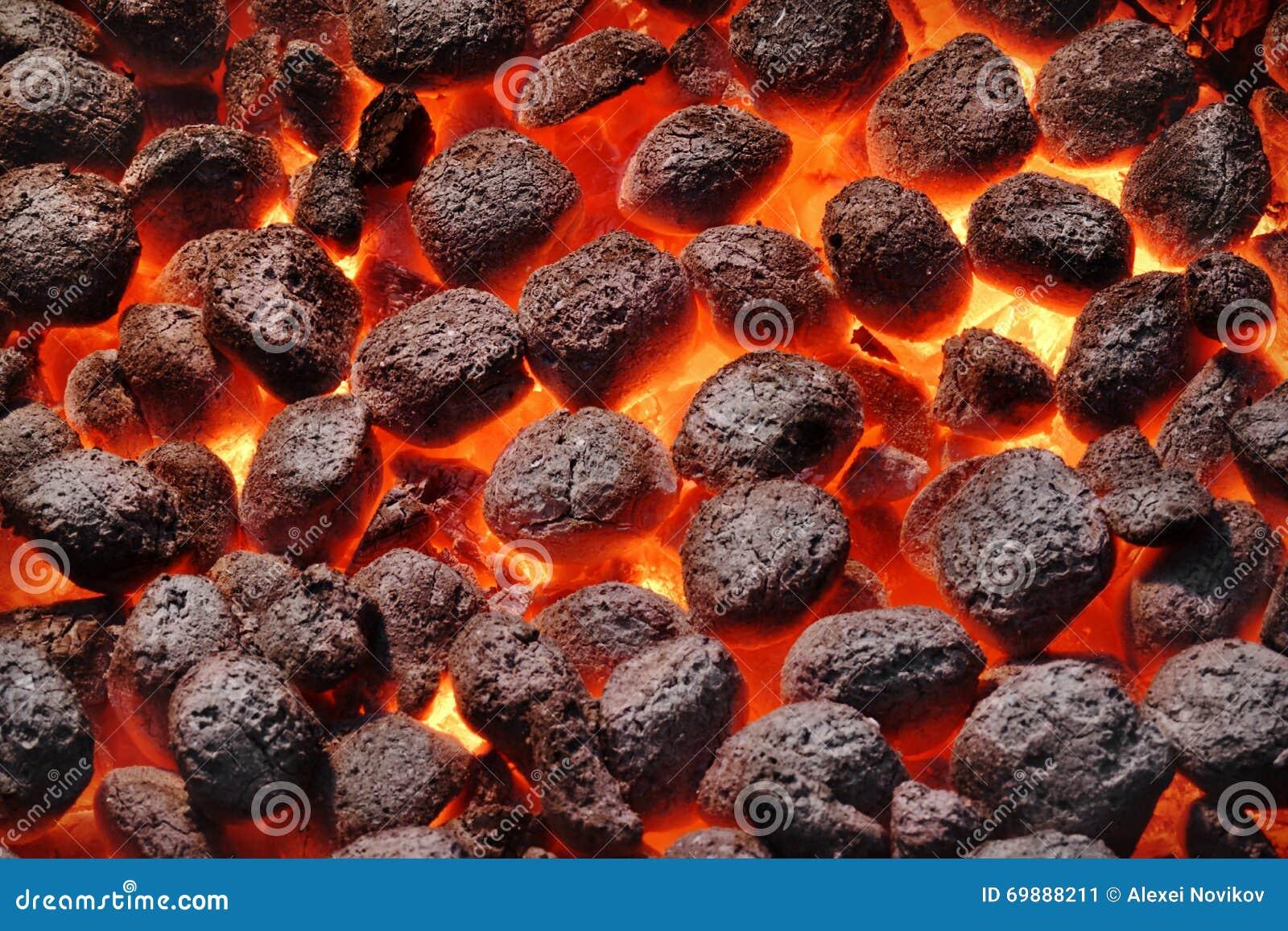 Carvões amassados de Pit With Glowing Hot Charcoal da grade do BBQ, close up