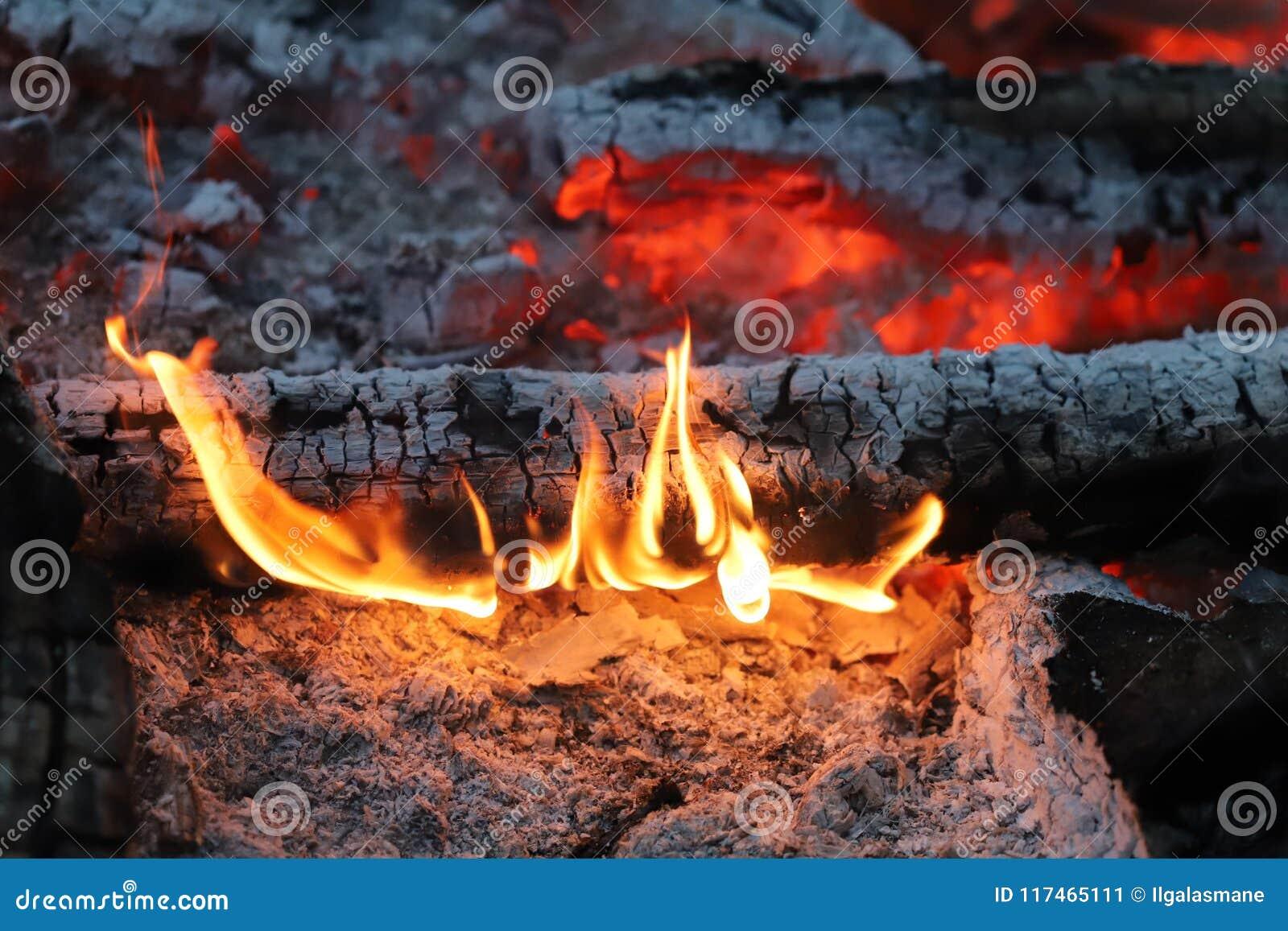 Carvões ardentes antes de grelhar