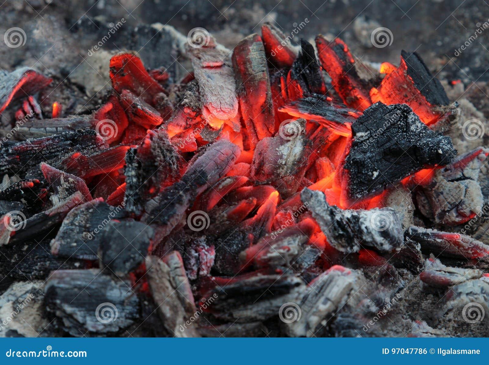 Carvões ardentes após o cozimento na grelha