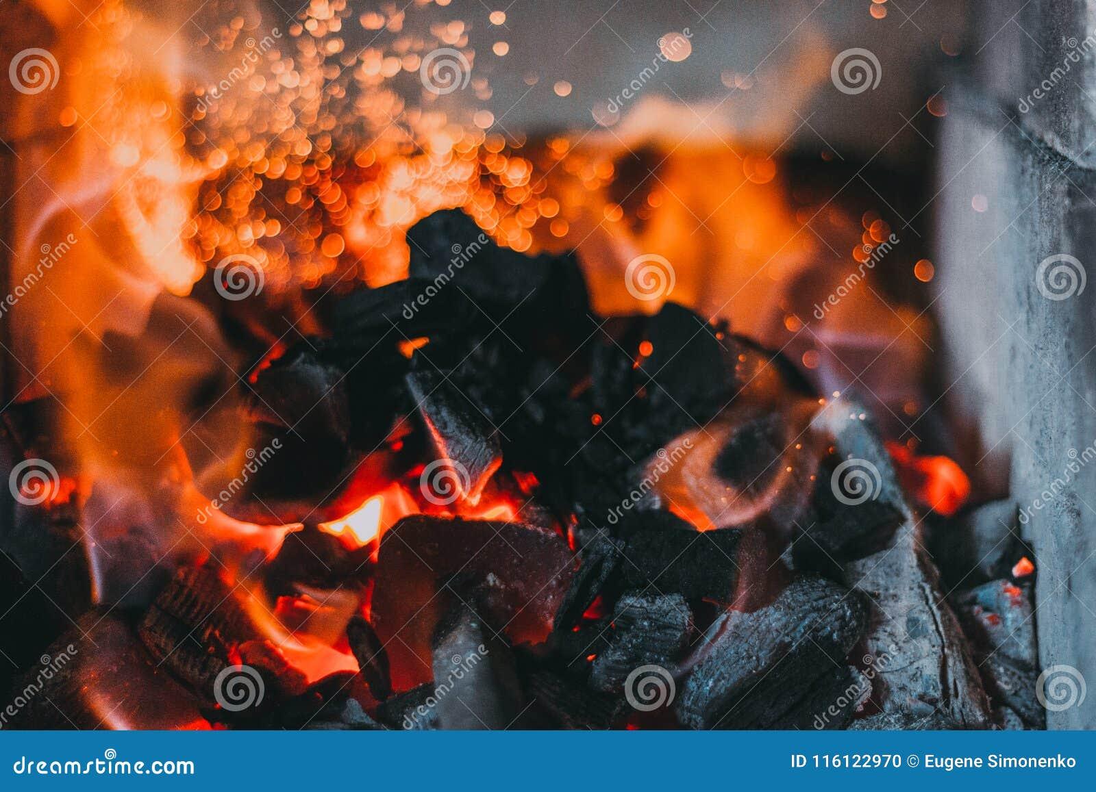 Carvões dos ferreiros que queimam-se para o trabalho do ferro