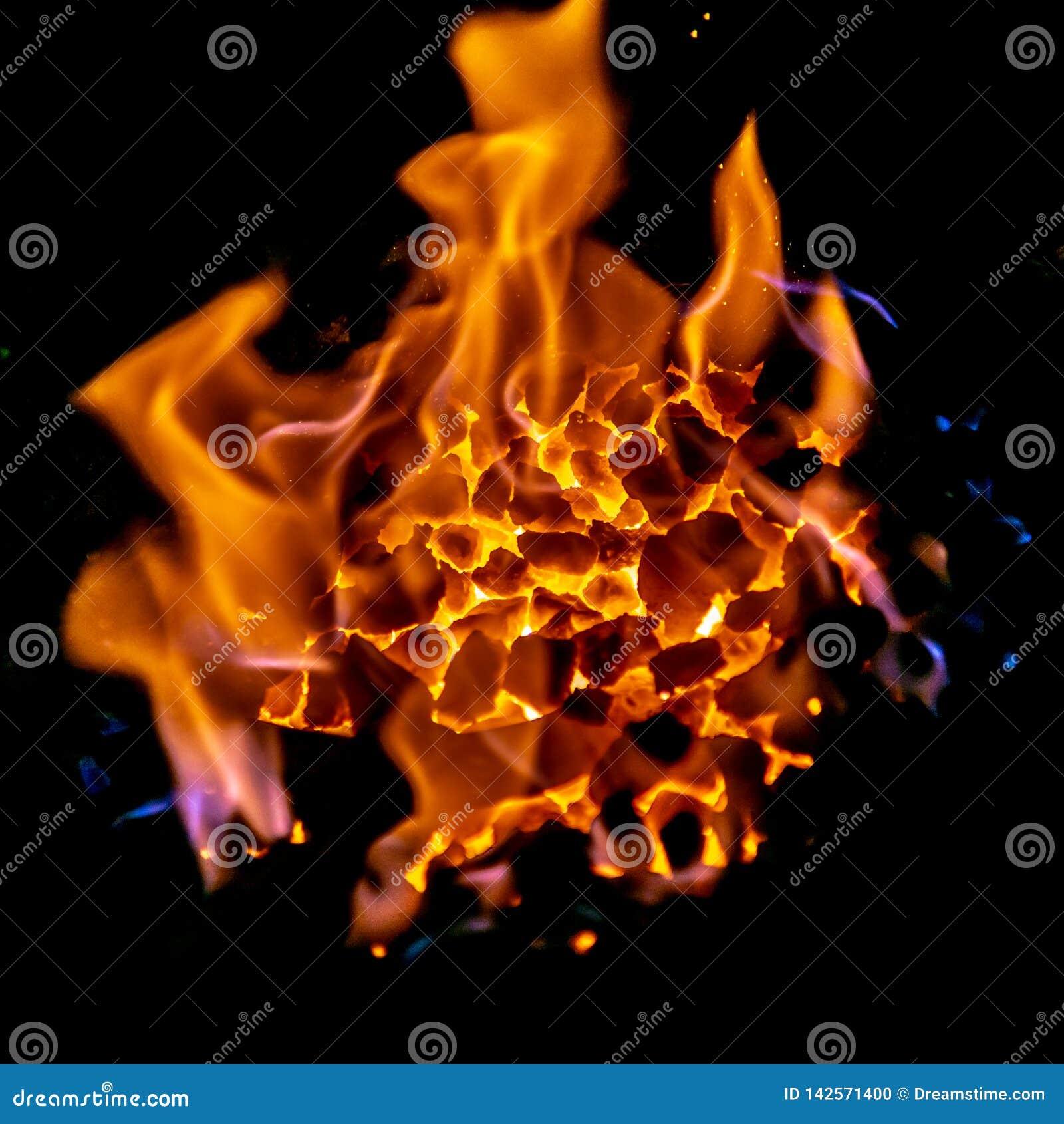 Carvões dos ferreiros que queimam-se para o trabalho do ferro, em janeiro de 2019