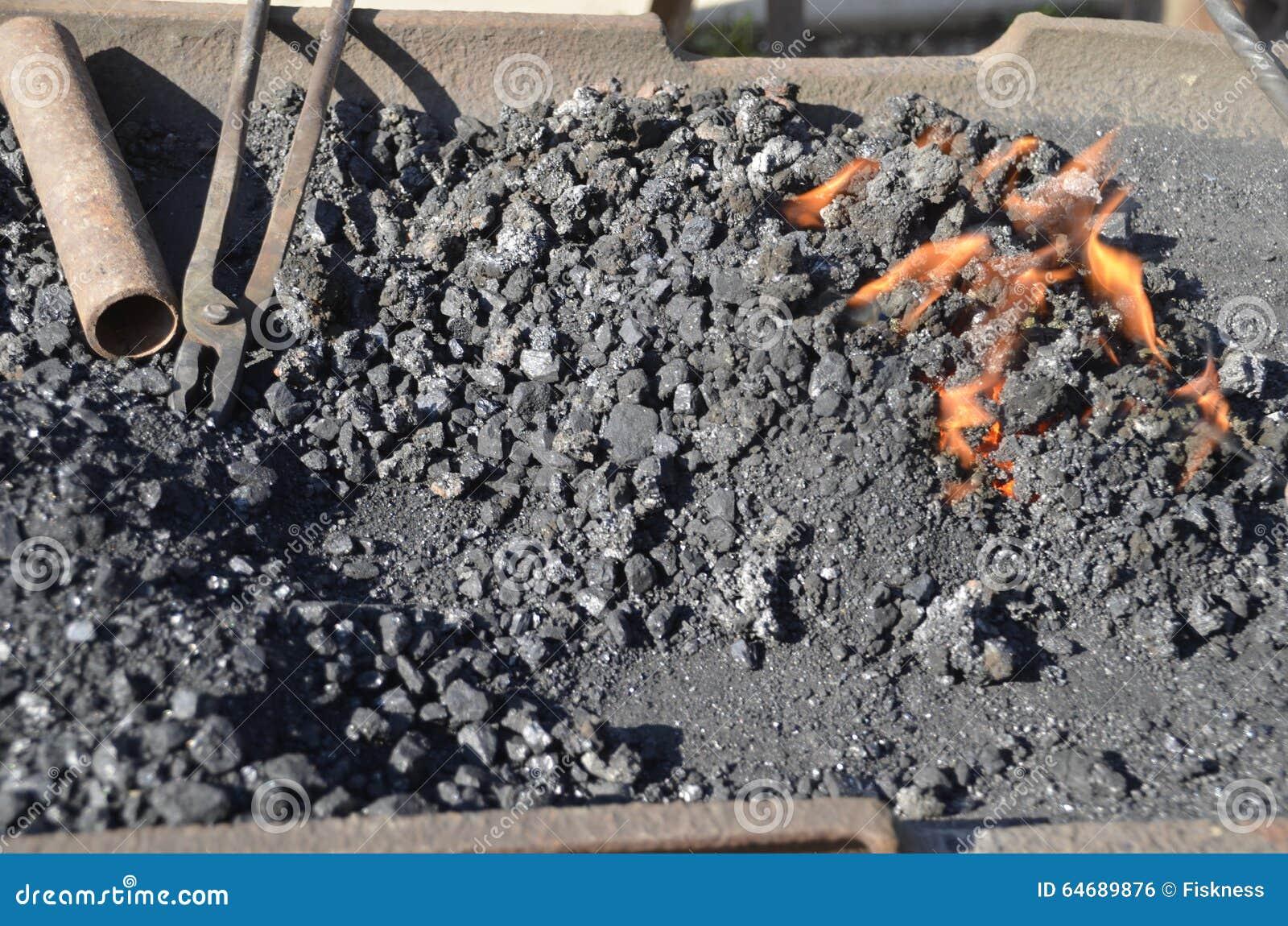 Carvões encarnados em uma forja