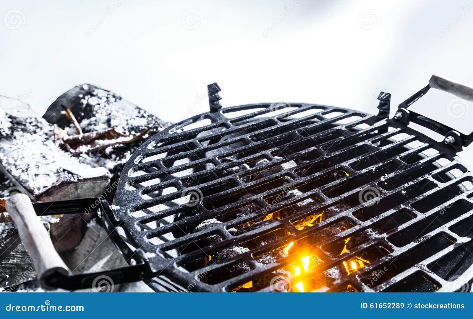 Carvões quentes em um BBQ fora no inverno