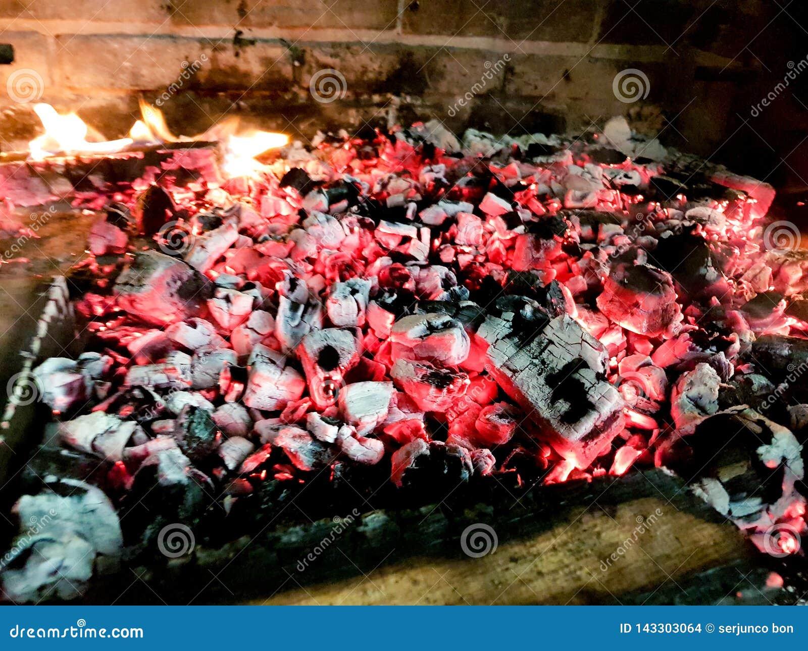 Carvões quentes no fogo