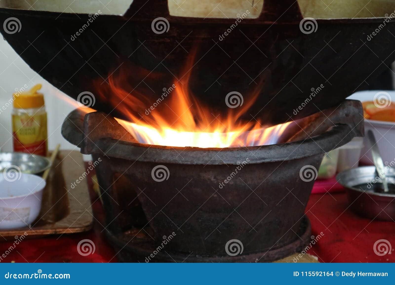 Carvões quentes que aquecem acima a bandeja para cozinhar bem