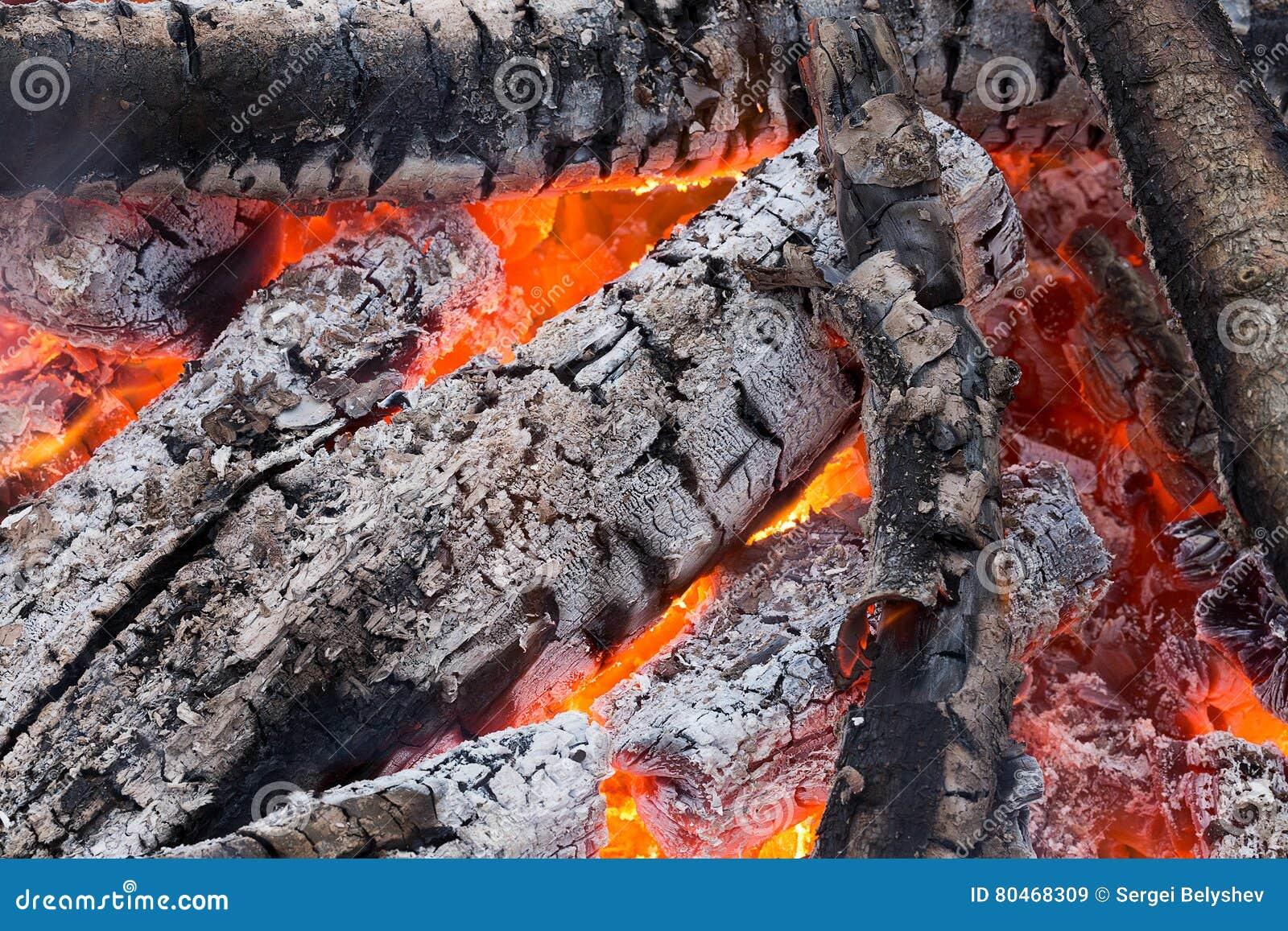 Carvões vermelhos de ardência no fogo
