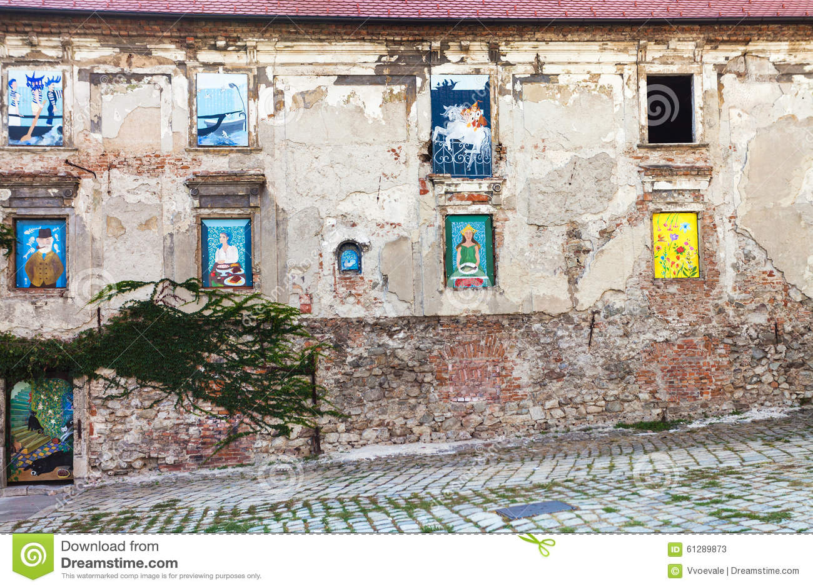 #336C7F  murais nas janelas no namestie de Rudnayovo (quadrado) em Bratislava 1592 Vidros Nas Janelas