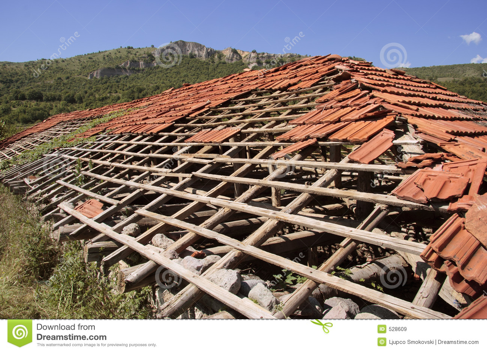Casa abandonada com telhado danificado