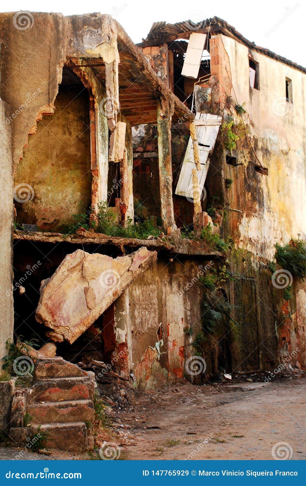 Casa abandonada em Vitoria, Brazil_01