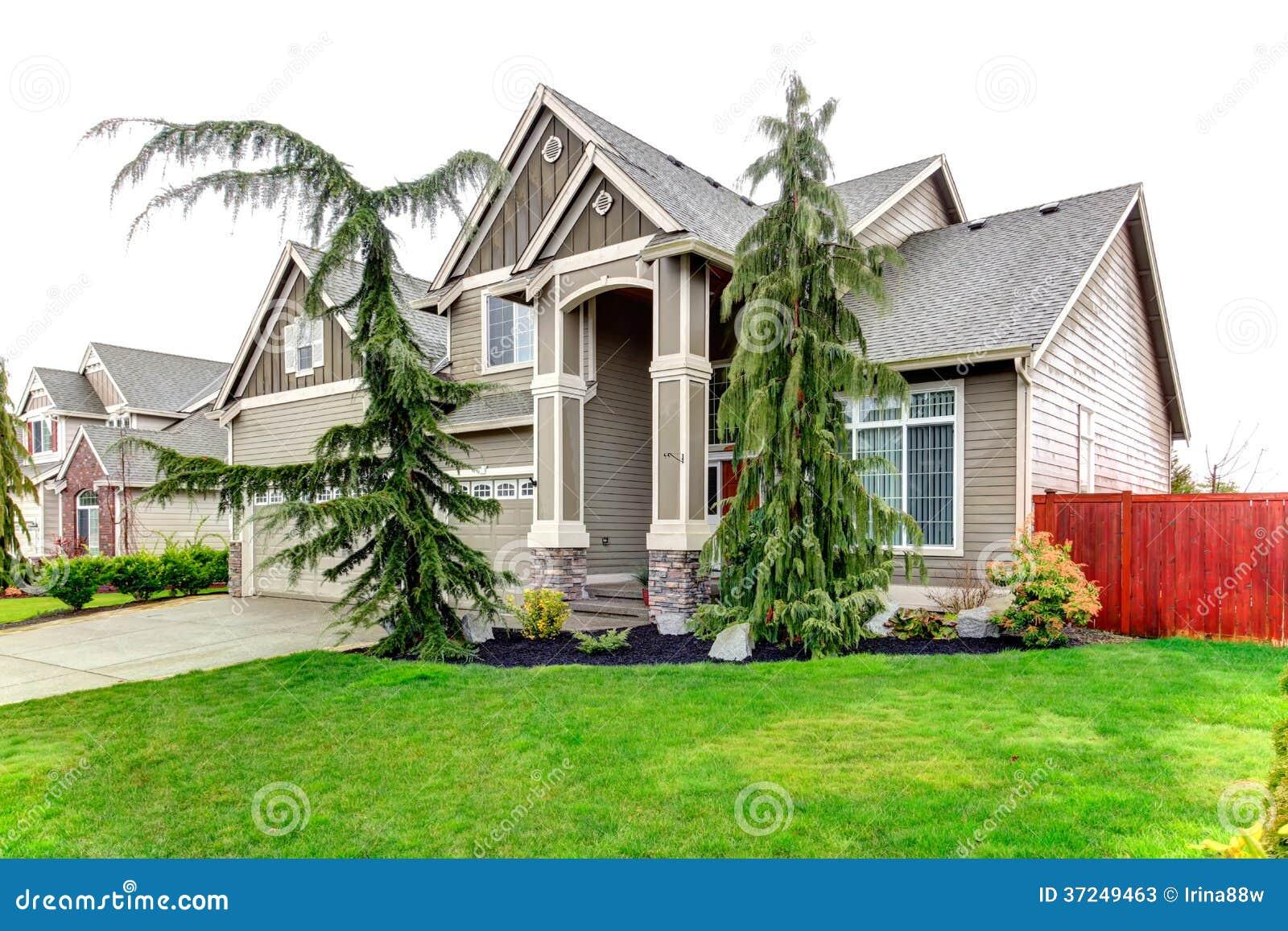 Casa abbastanza grande del raccordo con le colonne del for Aggiornare le colonne del portico