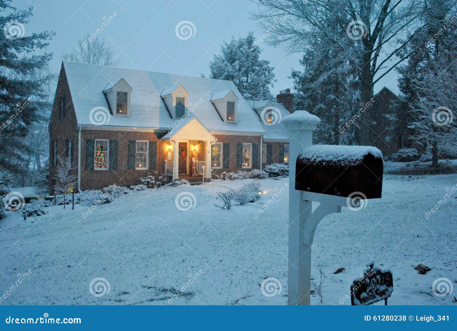 Casa accogliente nella neve su un inverno che uguaglia a - Casa accogliente ...