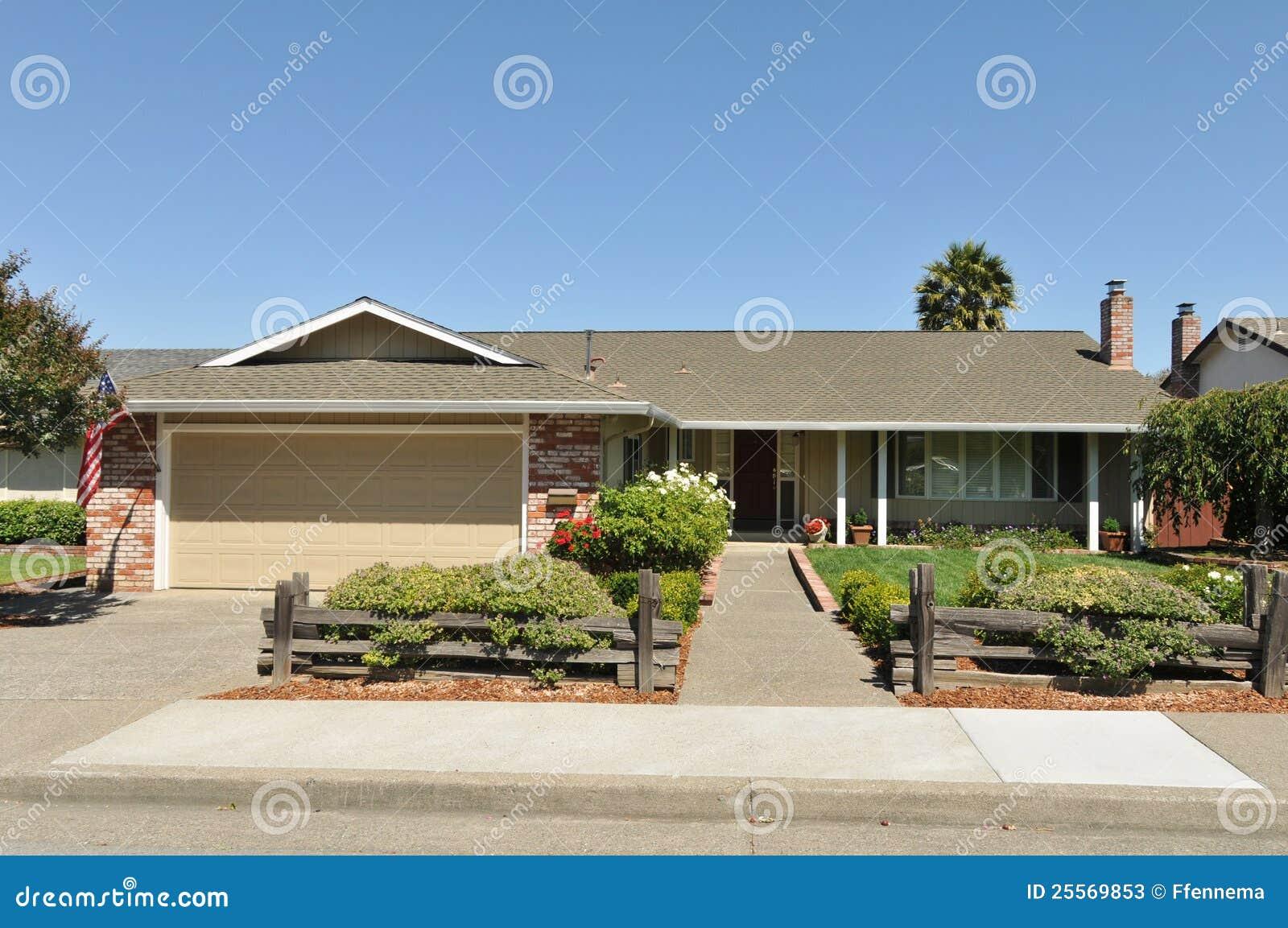 casa ad un piano della famiglia con la strada privata