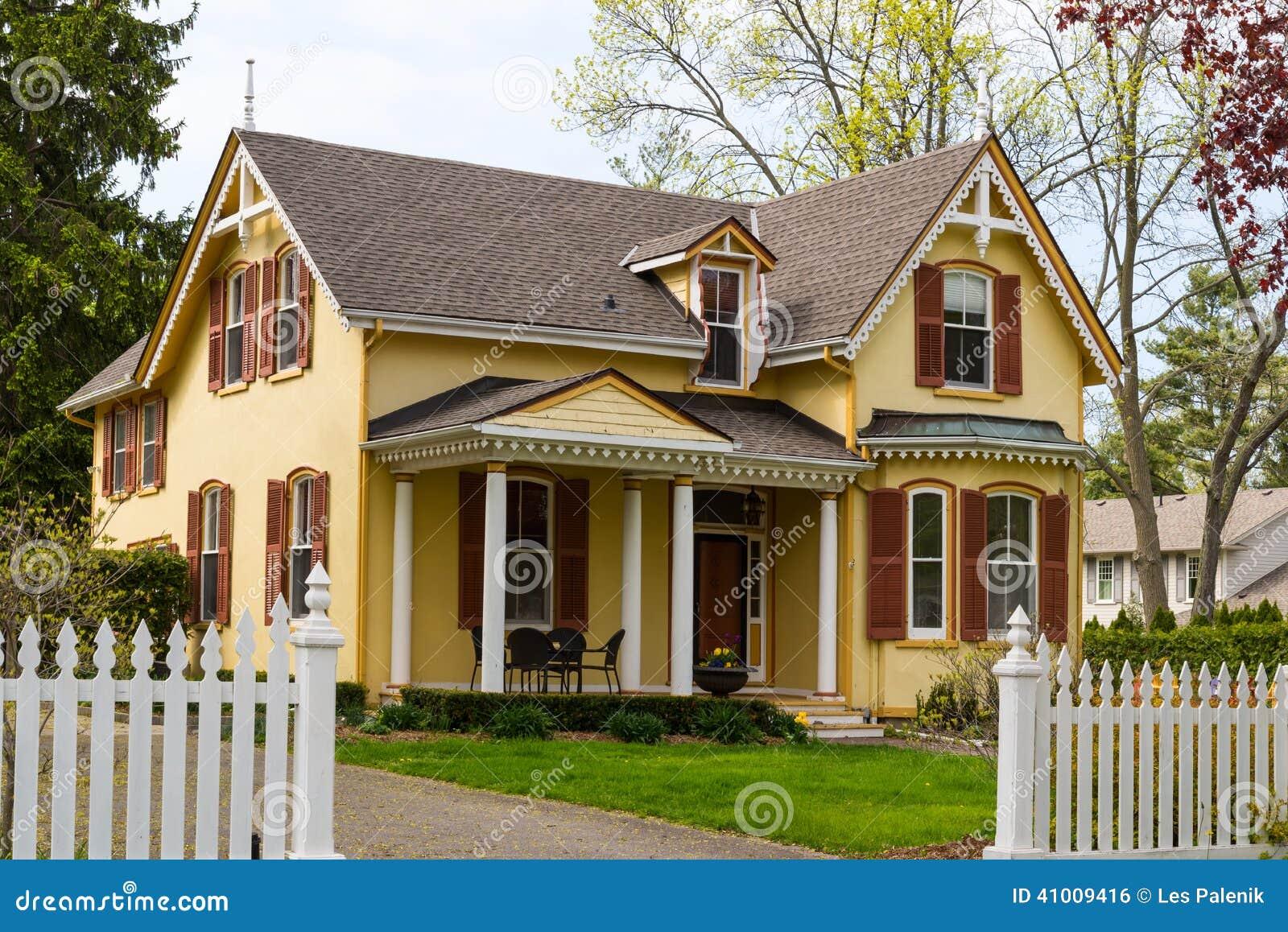 cerca para jardim branca : cerca para jardim branca:Casa Amarela E Cerca De Piquete Branca Foto de Stock – Imagem