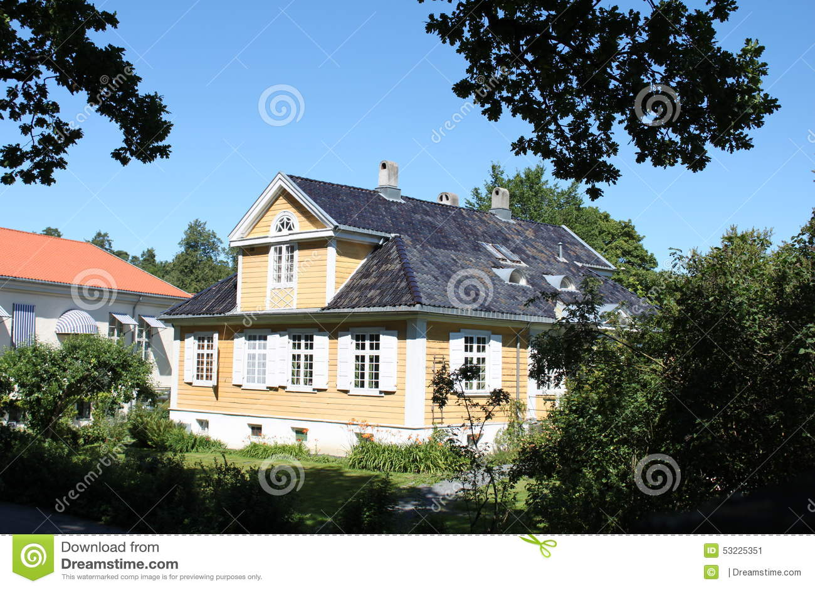 Casa amarilla acogedora