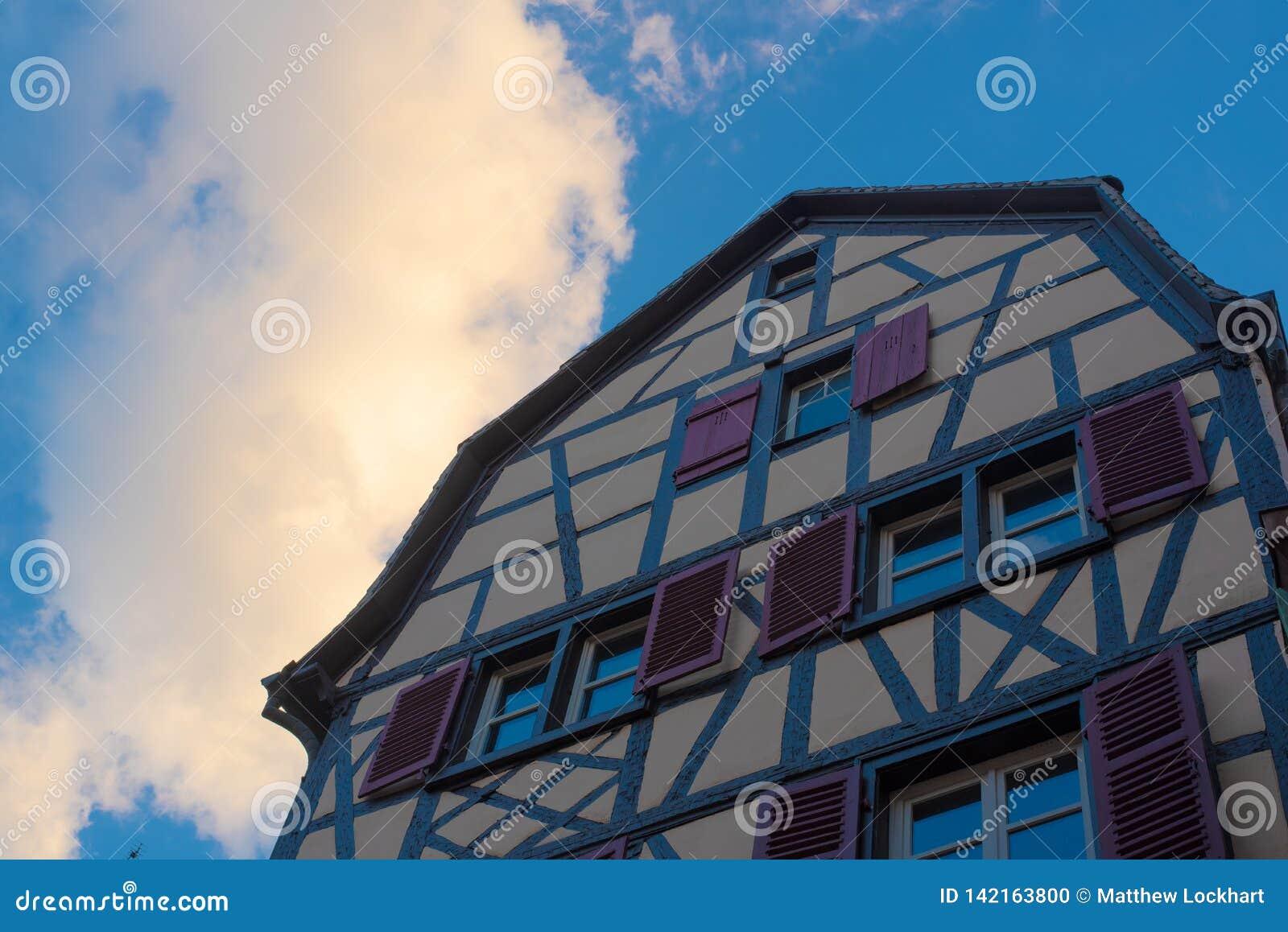 Casa amarilla viva de Colmar en ciudad vieja