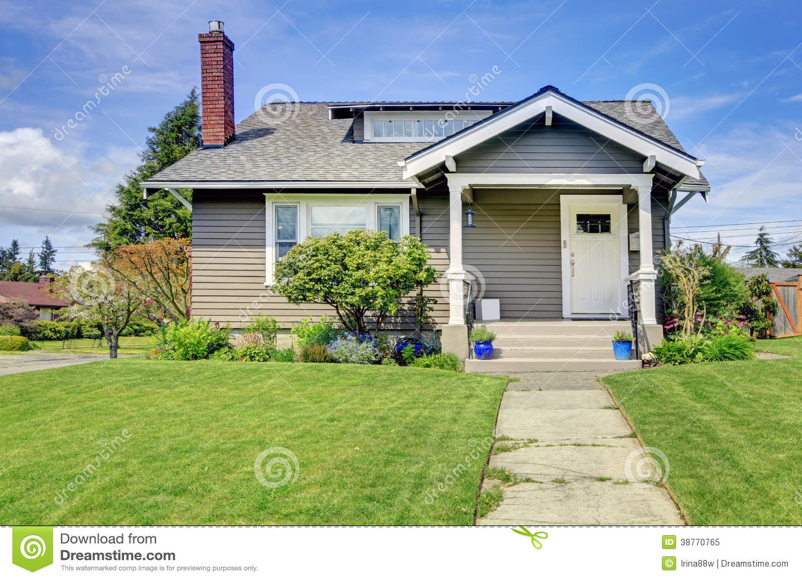 Casa americana cl sica con el p rtico de la columna foto for Casas con tablillas