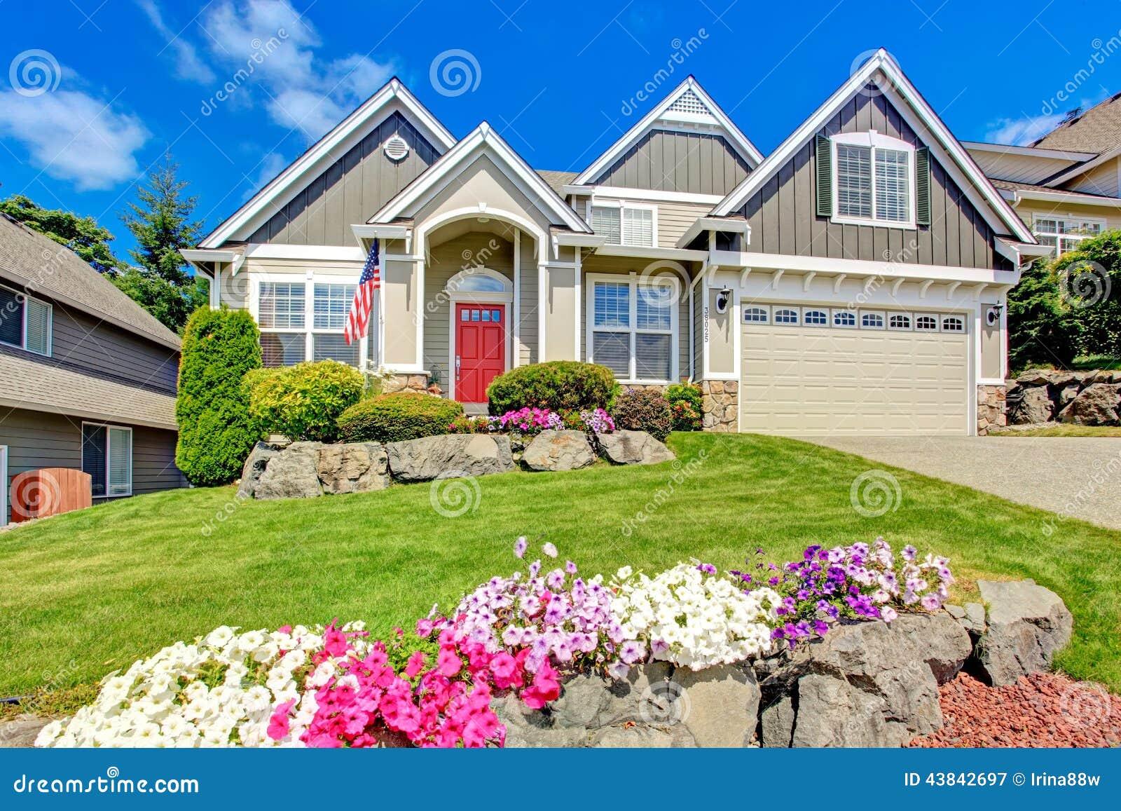 Casa americana con bello paesaggio ed i fiori vivi for Casa di costruzione in metallo con avvolgente portico