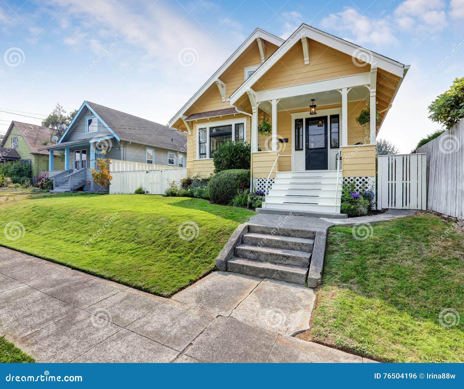 Affordable casa americana dell artigiano con pittura per for Tinteggiare esterno casa