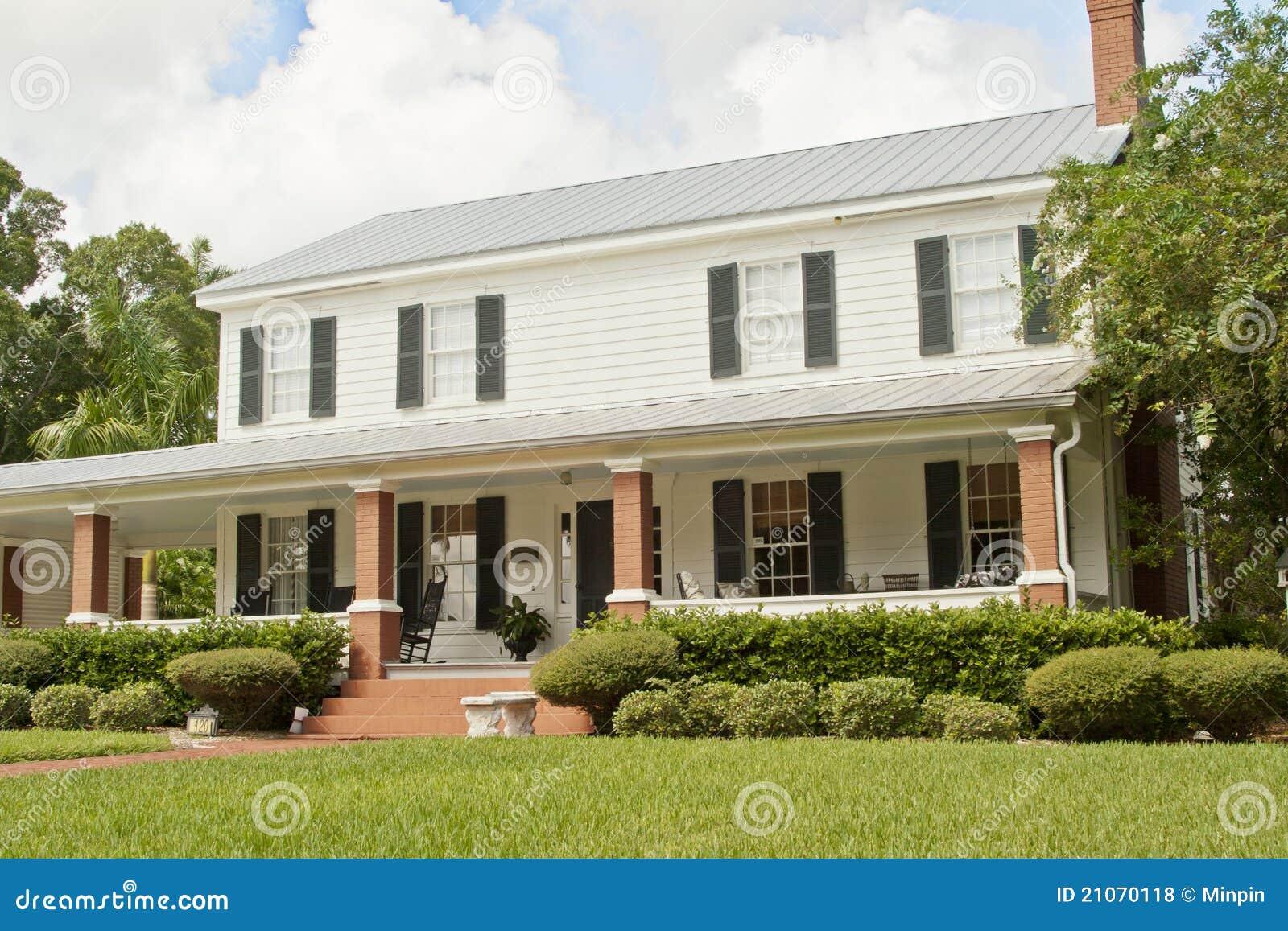 Casa americana di stile fotografie stock libere da diritti for Casa in stile ranch con portico