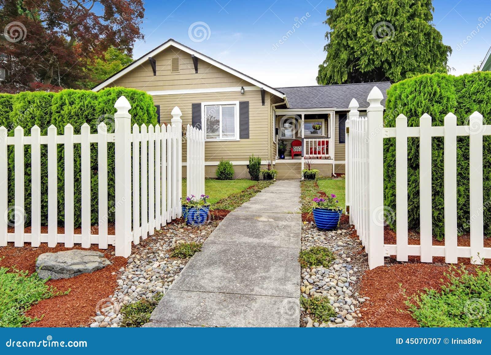 Casa americana esteriore con il recinto di legno bianco - Casa americana in legno ...