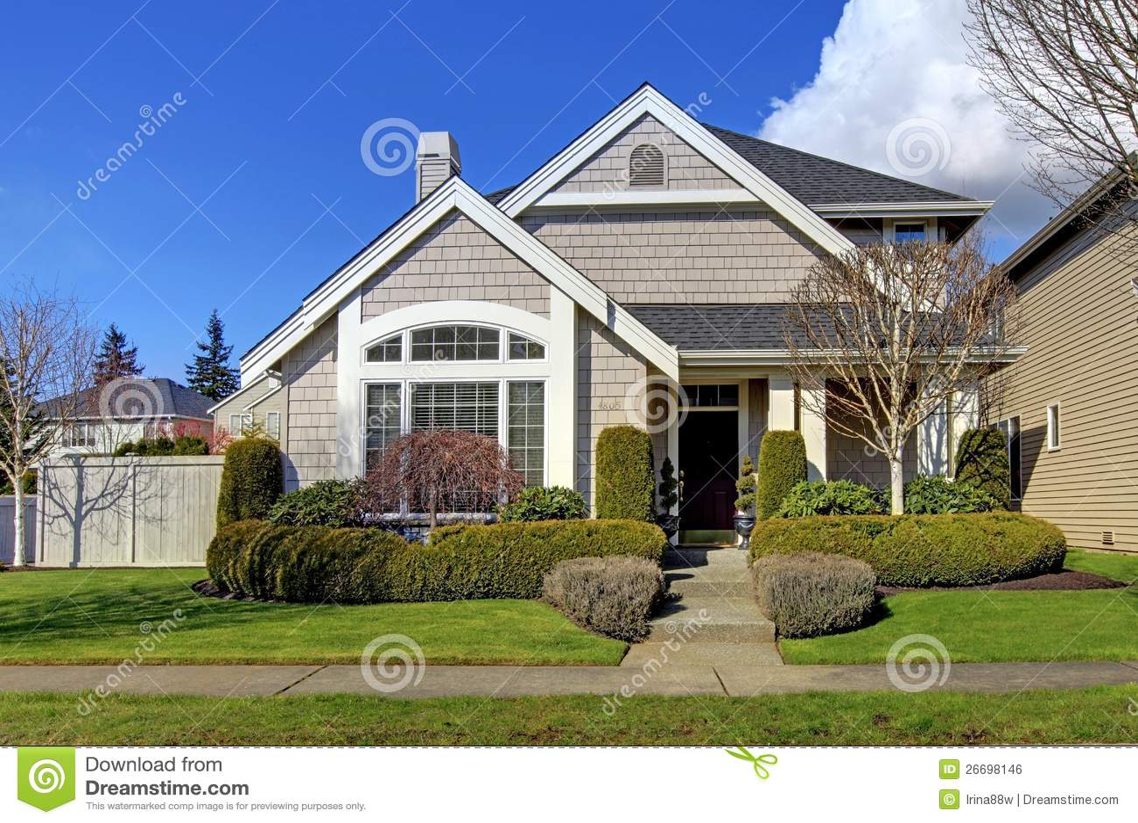 Casa americana nova clássica exterior na mola.