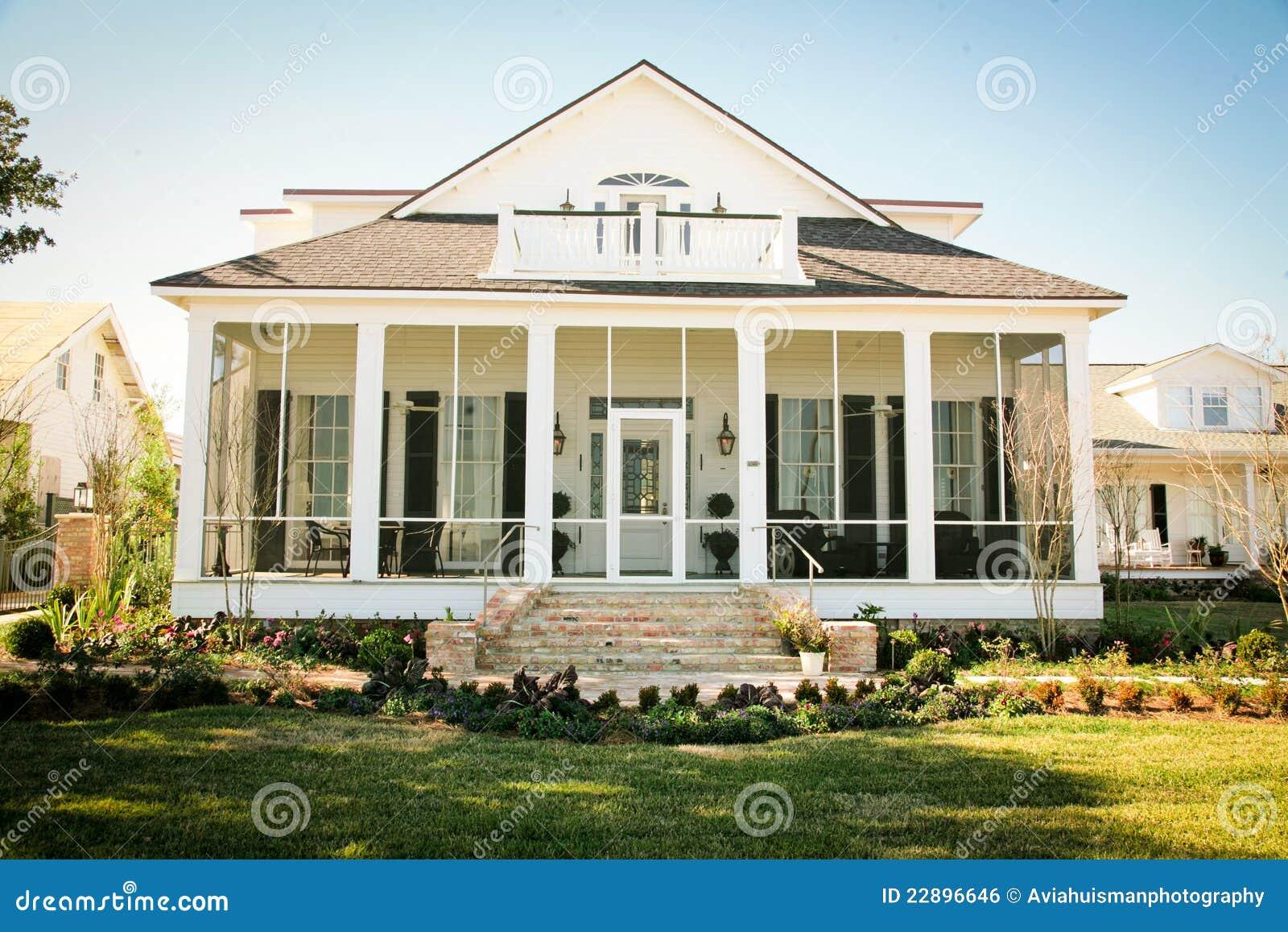 Casa americana suburbana di stile del sud immagine stock for Piani della casa del sud