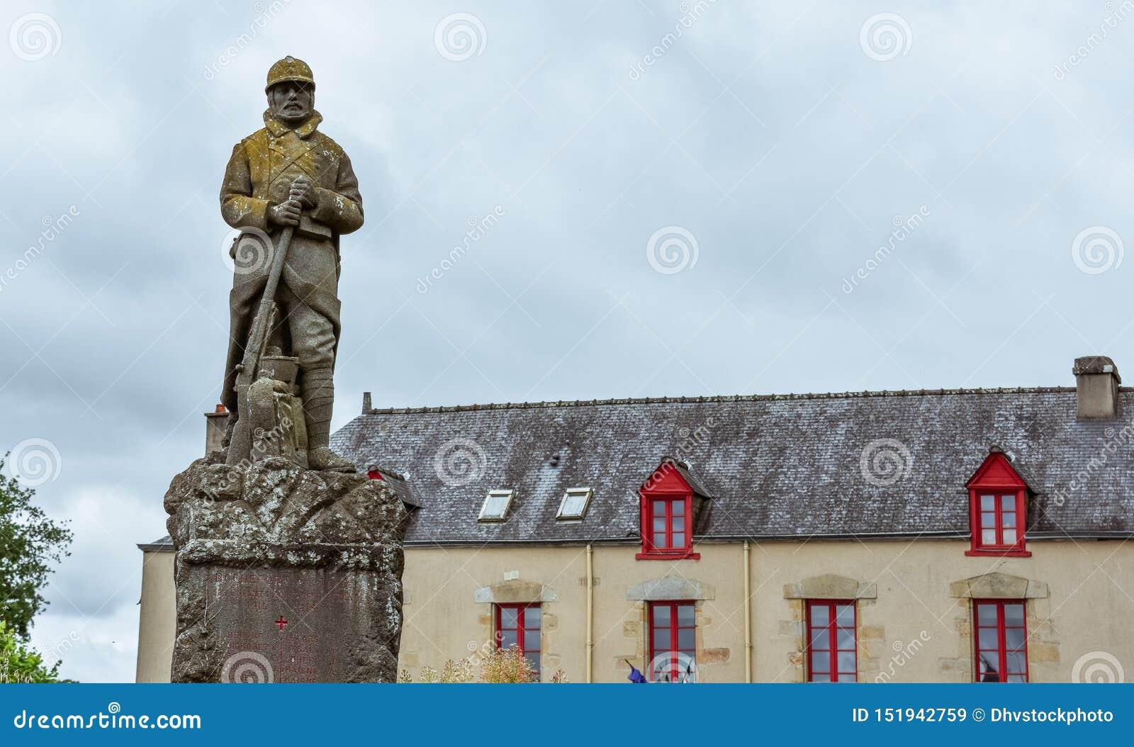 Casa antica di Bretagna francese e della statua militare
