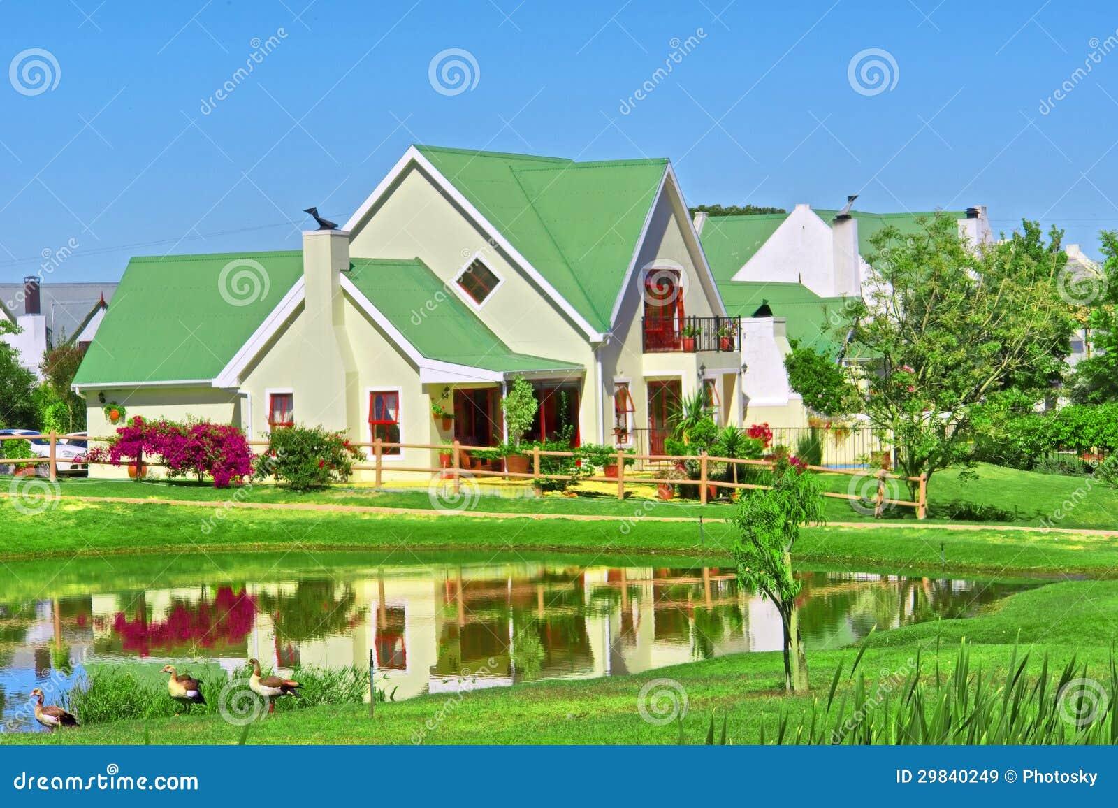 Casa ao lado do lago e do gramado