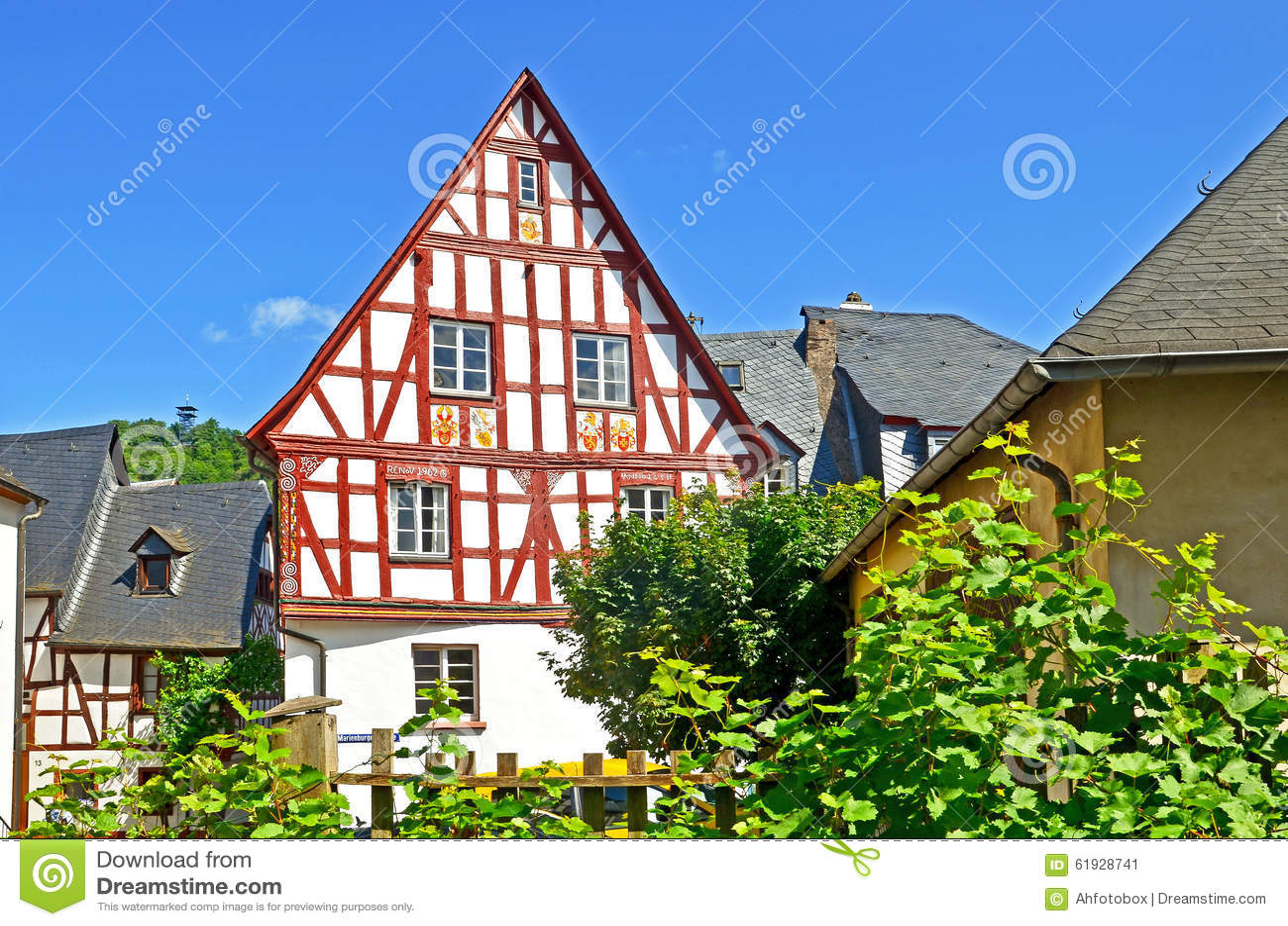 Casa armata in legno nel villaggio regione del vino della valle di mosella di punderich in - Casa in germania ...