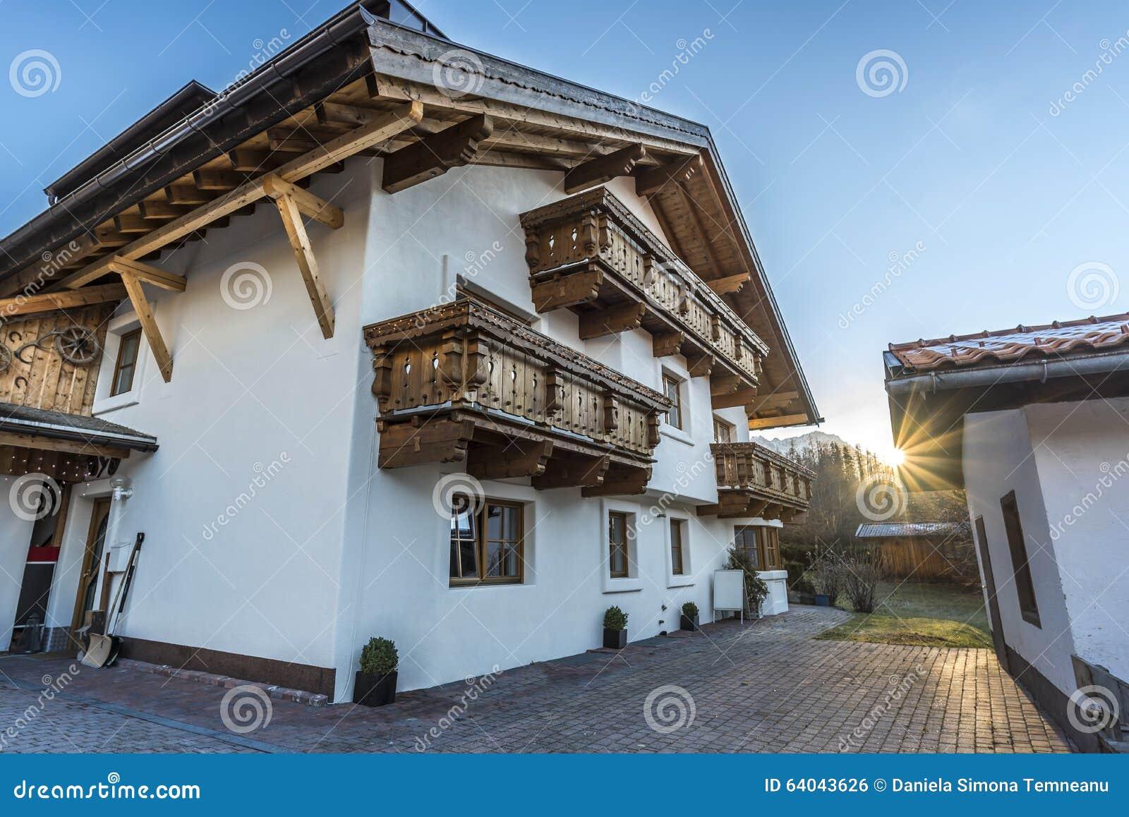 Casa austr aca con los balcones de madera foto de archivo - Balcones de madera ...