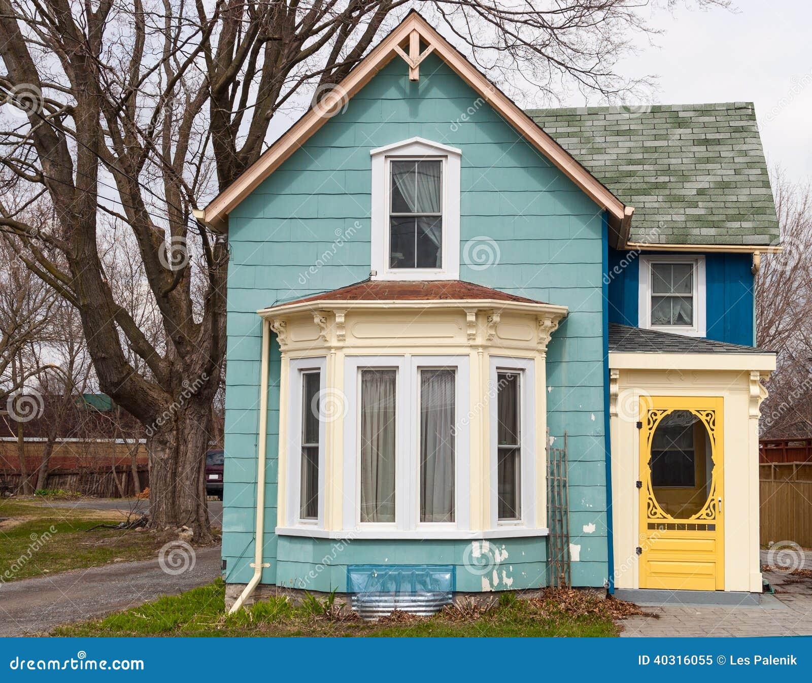 Casa azul com janela de ba a foto de stock imagem 40316055 for Maison avec bow window