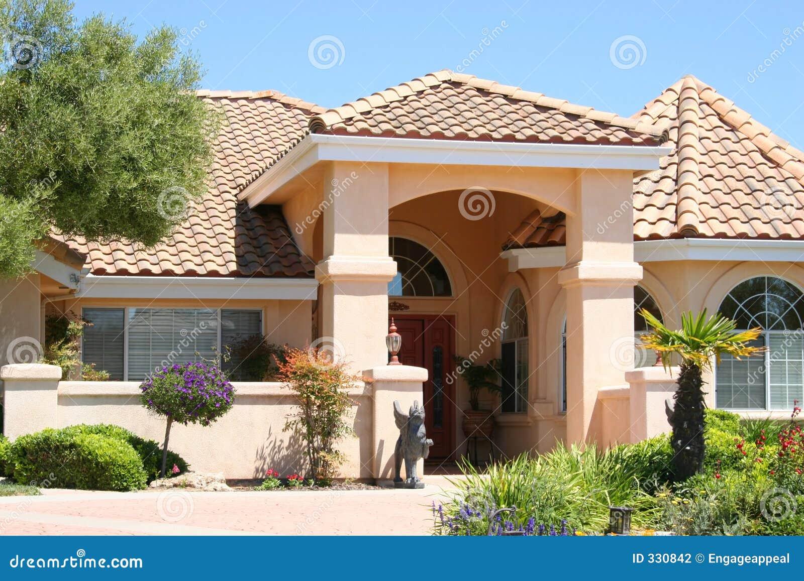 Casa beige di lusso fotografia stock immagine di for Piani di fattoria di lusso