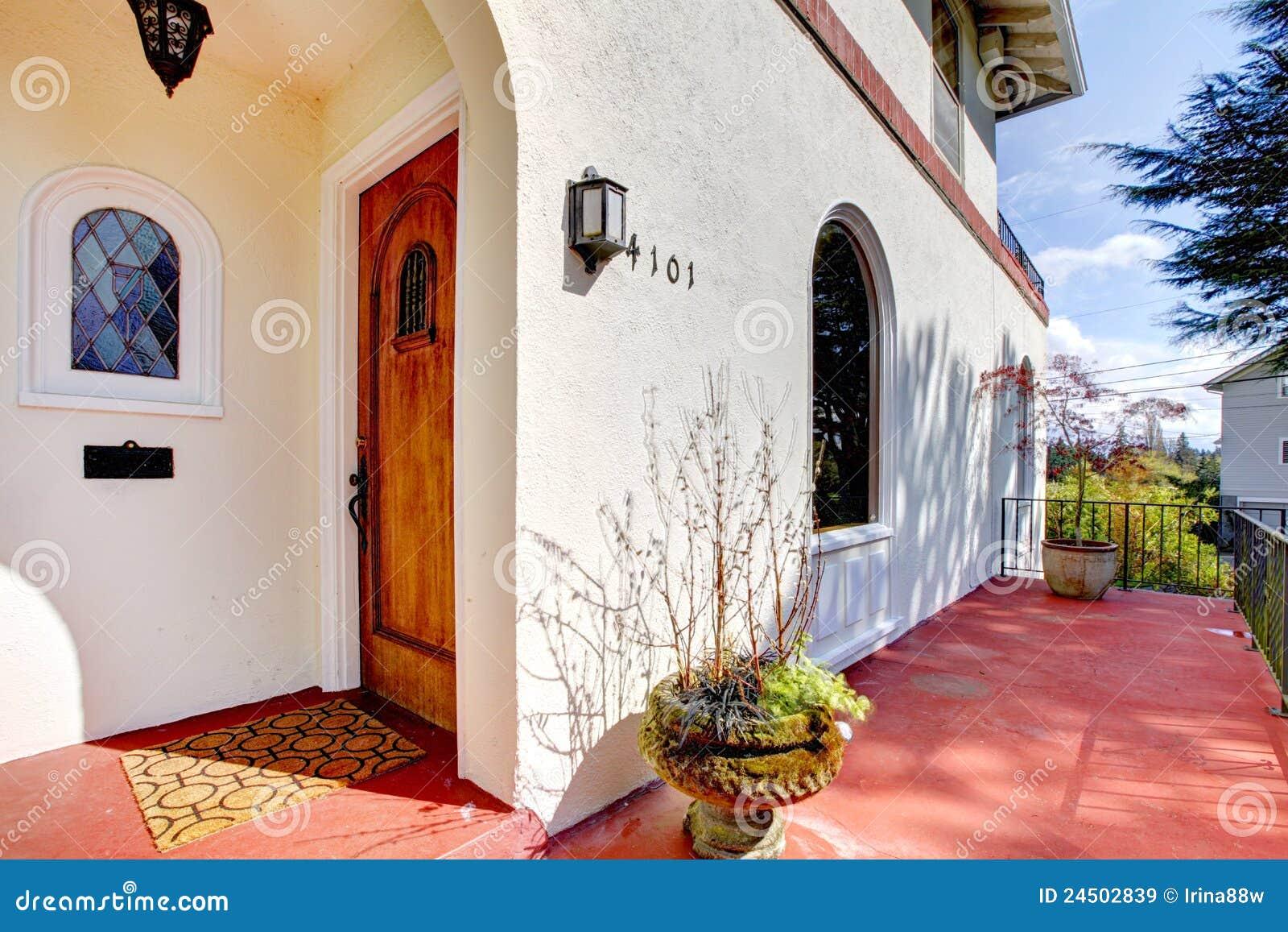 Casa bianca di stile spagnolo con il portico rosso for Case di lusso in stile spagnolo