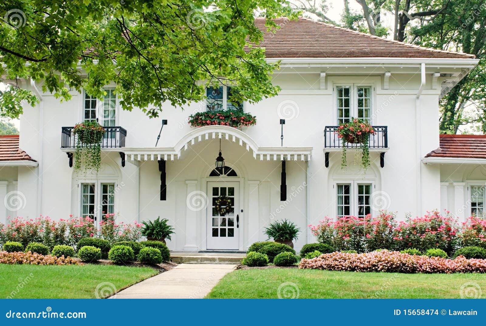 Casa blanca con las flores rosadas imagenes de archivo for Casas en la jardin balbuena