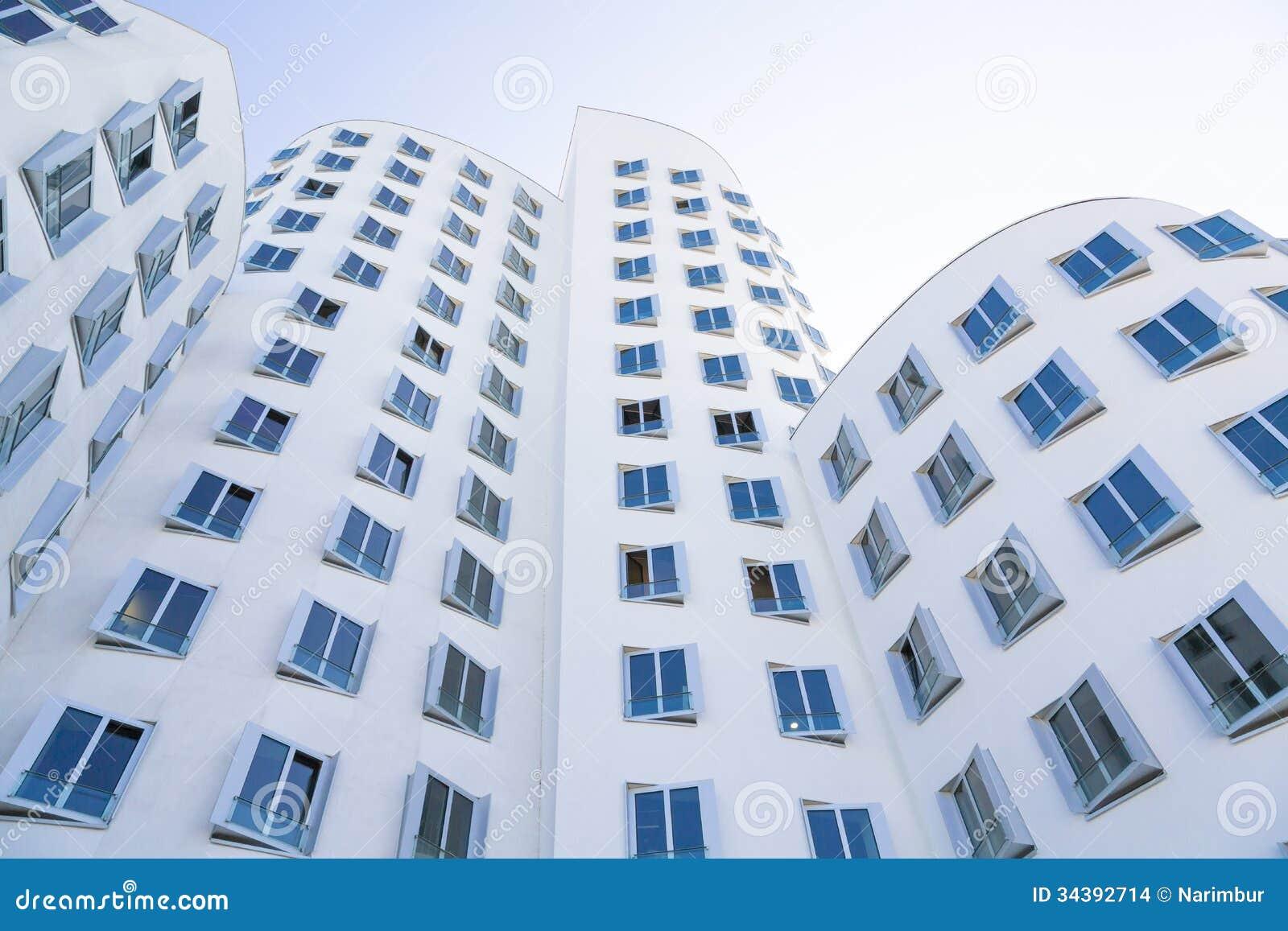 Casa blanca con las ventanas azules arquitectura moderna for Fachadas de casas con ventanas blancas