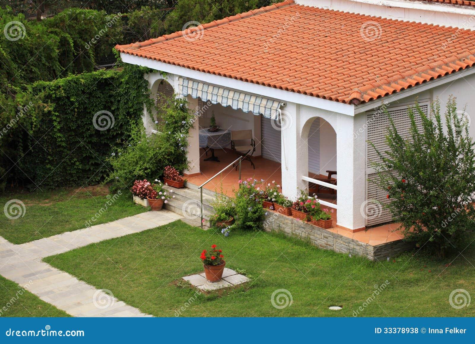 Casa blanca hermosa con la peque a terraza en el jard n - Jardines en terrazas pequenas ...