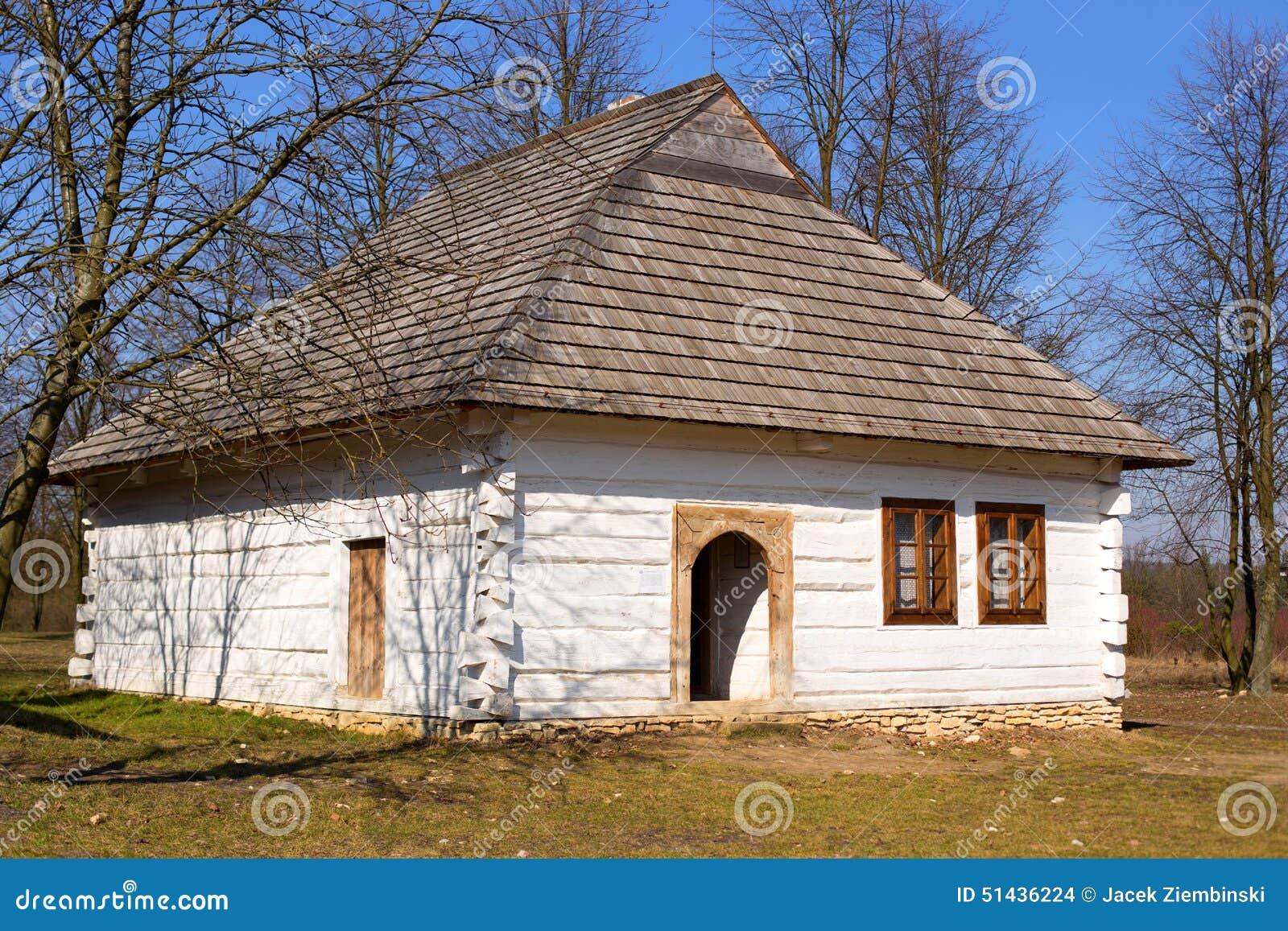Casa blanca r stica vieja foto de archivo imagen 51436224 for Tejados madera blanca