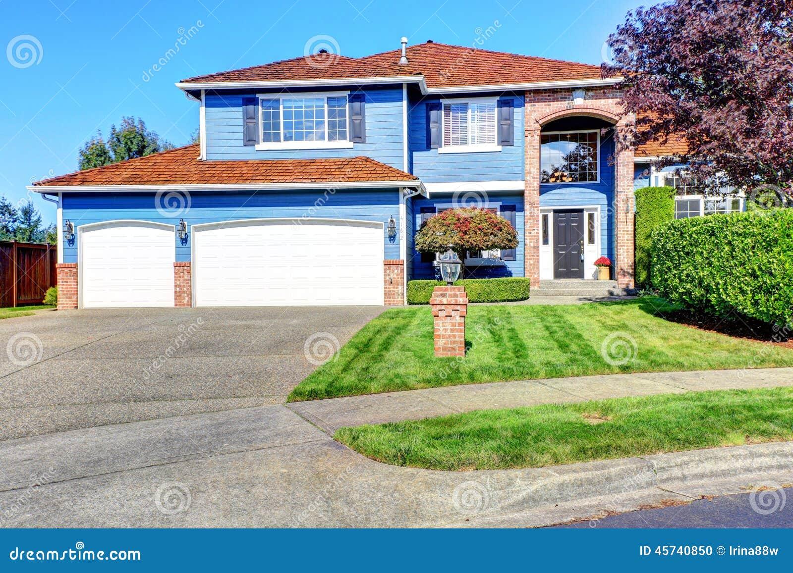 Casa blu chiaro esteriore con la disposizione del mattone - Alzare il tetto di casa ...