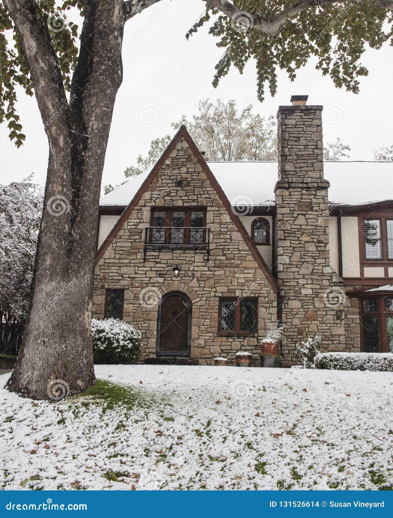Casa bonita de la roca con las ventanas de cristal plomadas arqueadas del panel del diamante de la puerta y del estilo de Tudor d