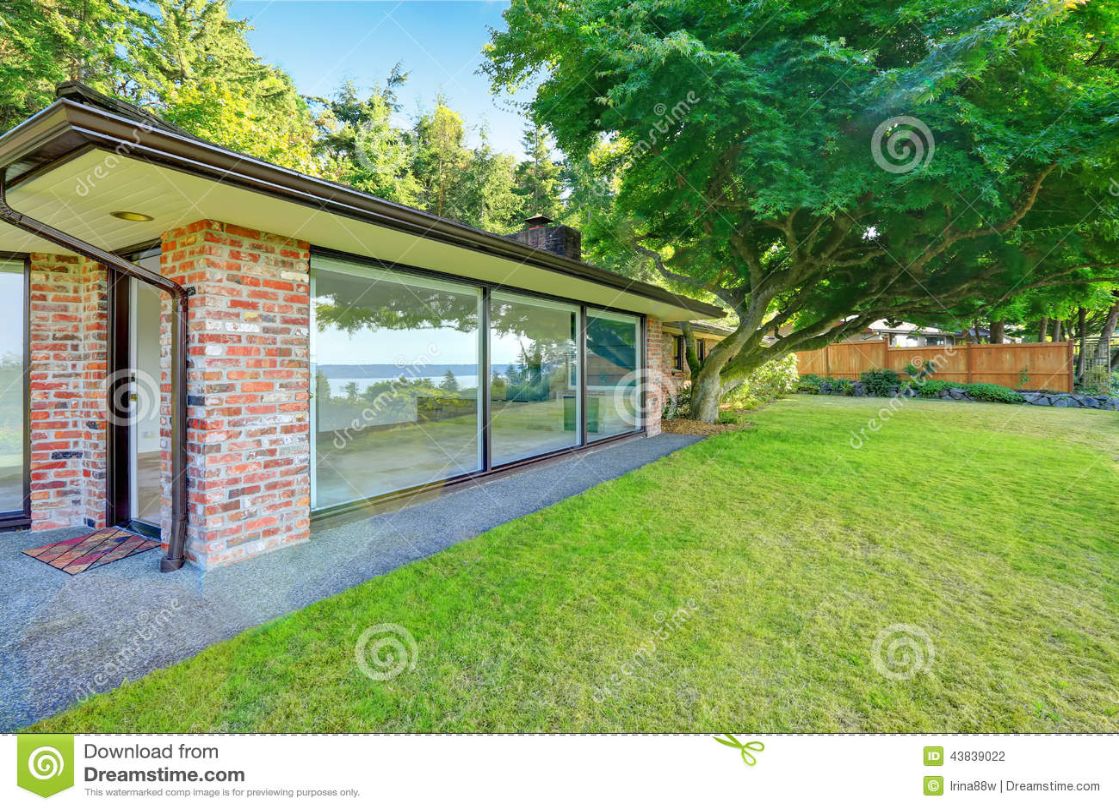 Casa Bonita Do Tijolo Com Paredes De Vidro Opini O Do Quintal Foto