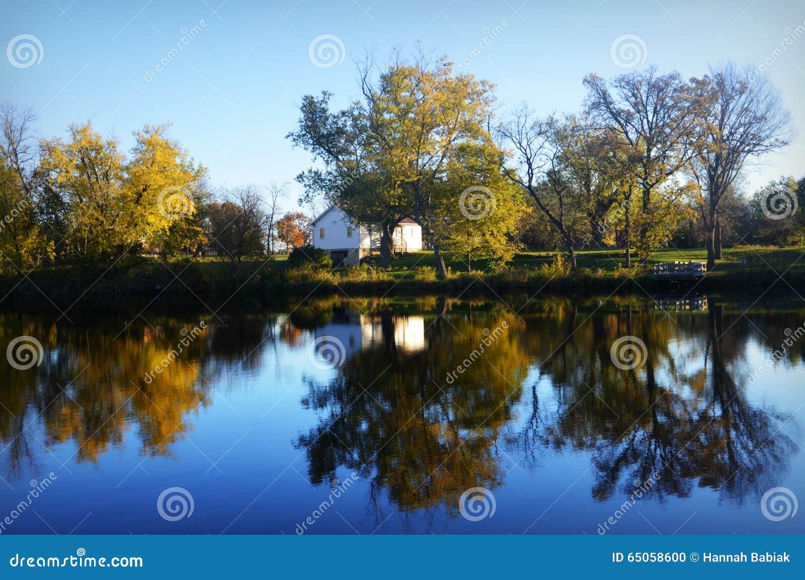 Casa branca no lago