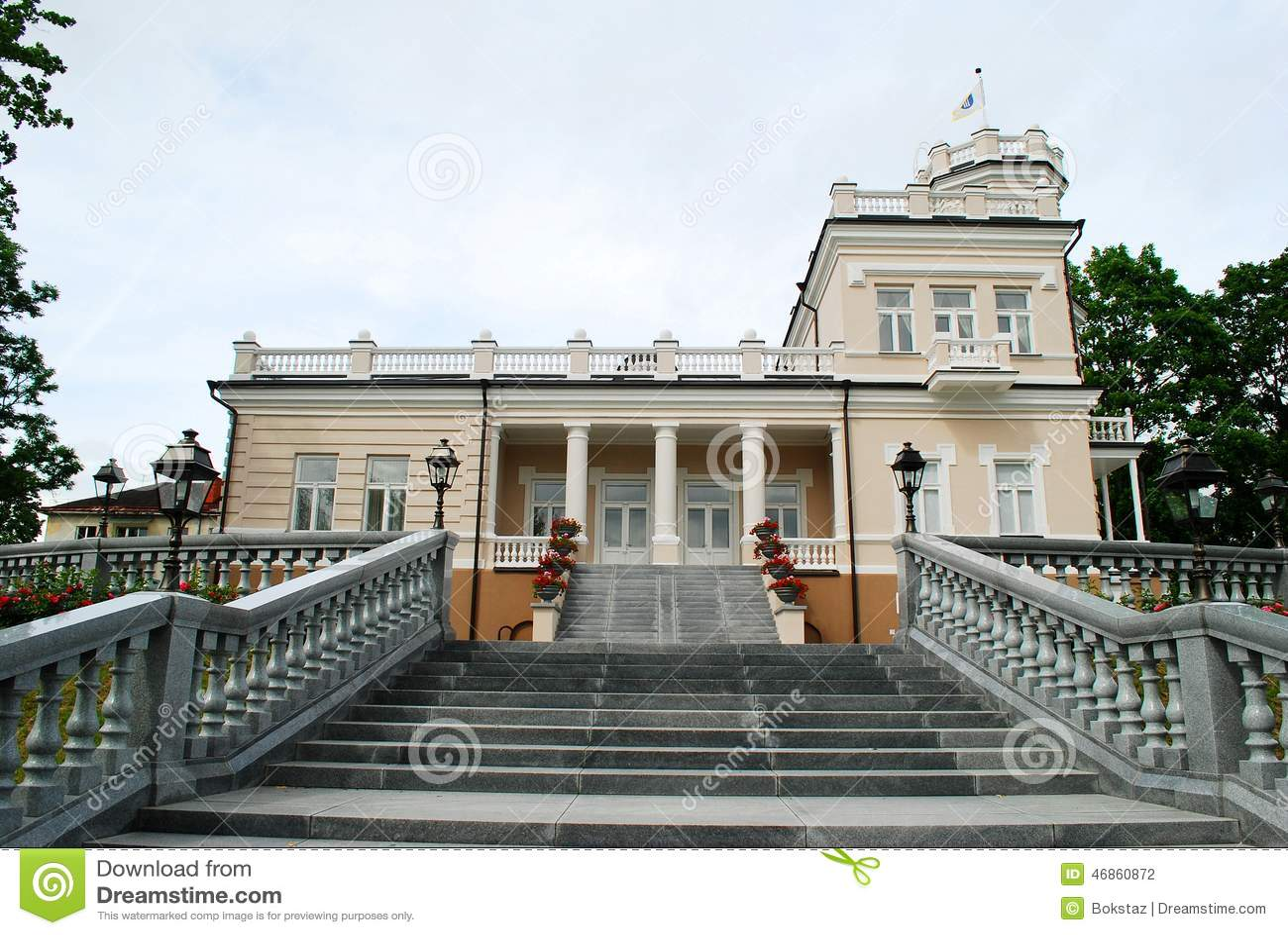Casa brilhante bonita no centro de cidade de Druskinikai