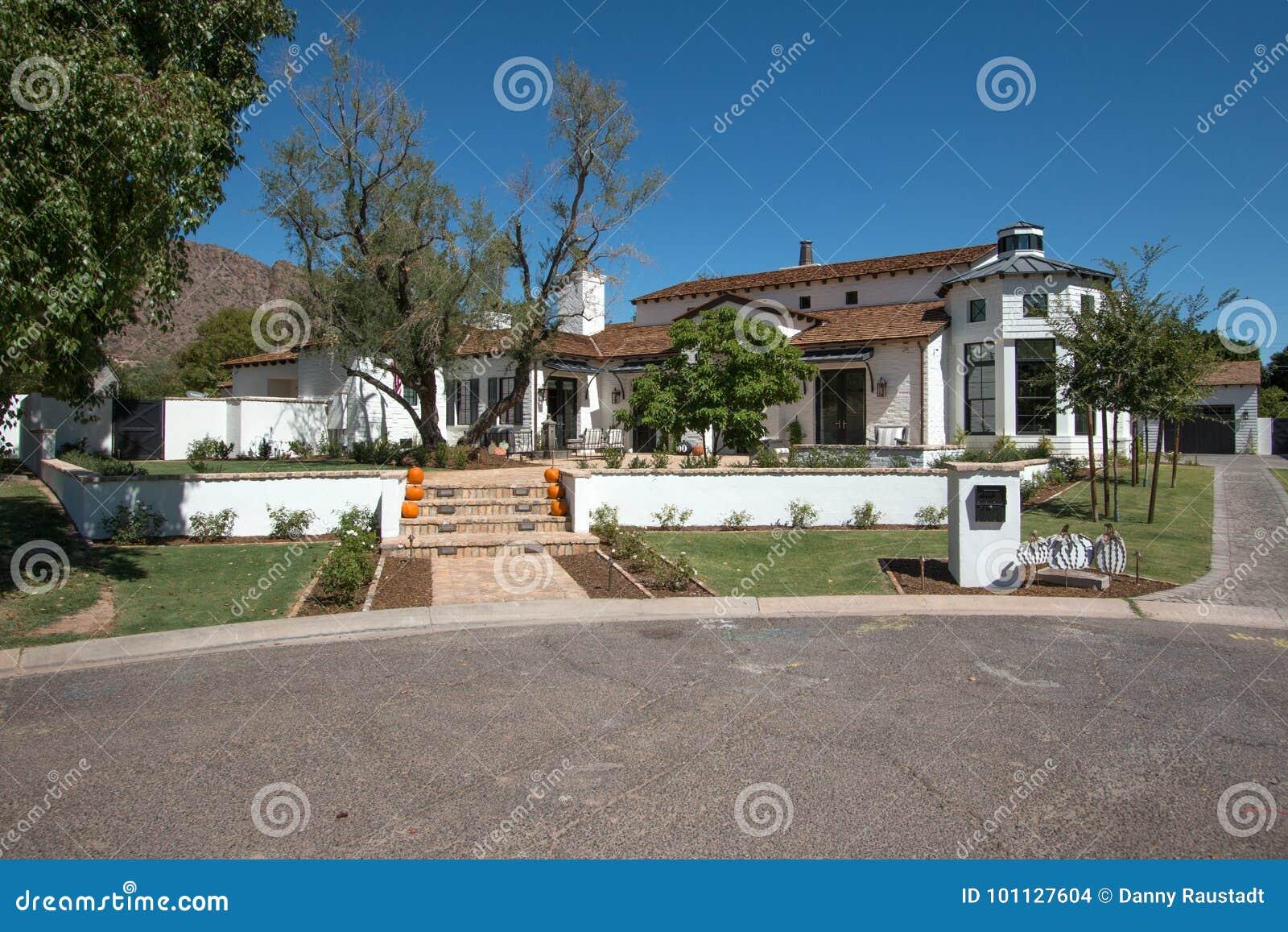 Casa clássica moderna nova da mansão