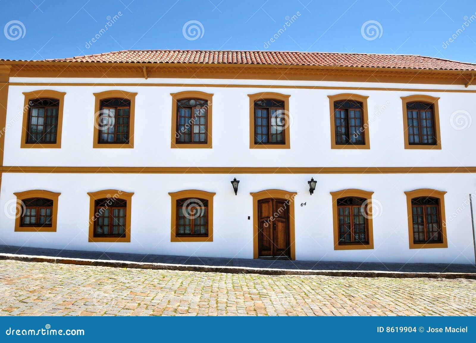 Casa colonial foto de stock imagem de outdoors for Planos de casas estilo colonial