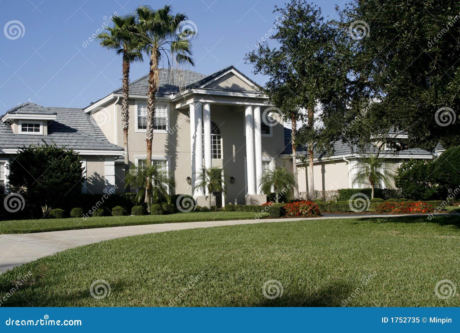 Casa coloniale dell 39 americano di stile fotografia stock for Nuove case in stile americano