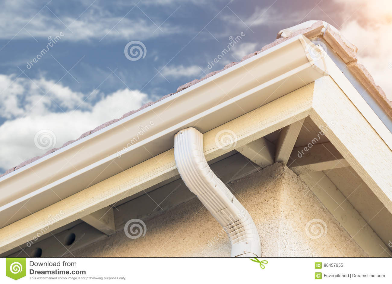 Casa com as calhas de alumínio sem emenda novas da chuva
