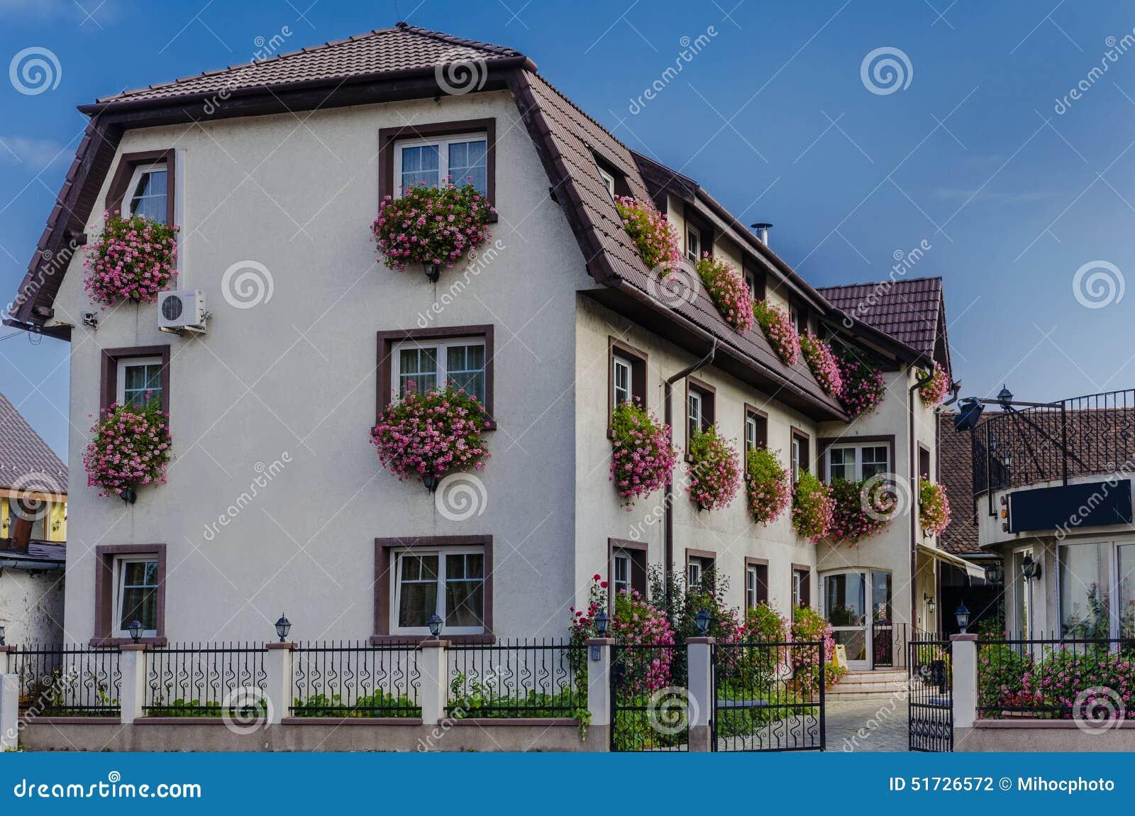 #366495  com as flores que penduram na frente das janelas em Brasov Romênia 1592 Vidros Nas Janelas