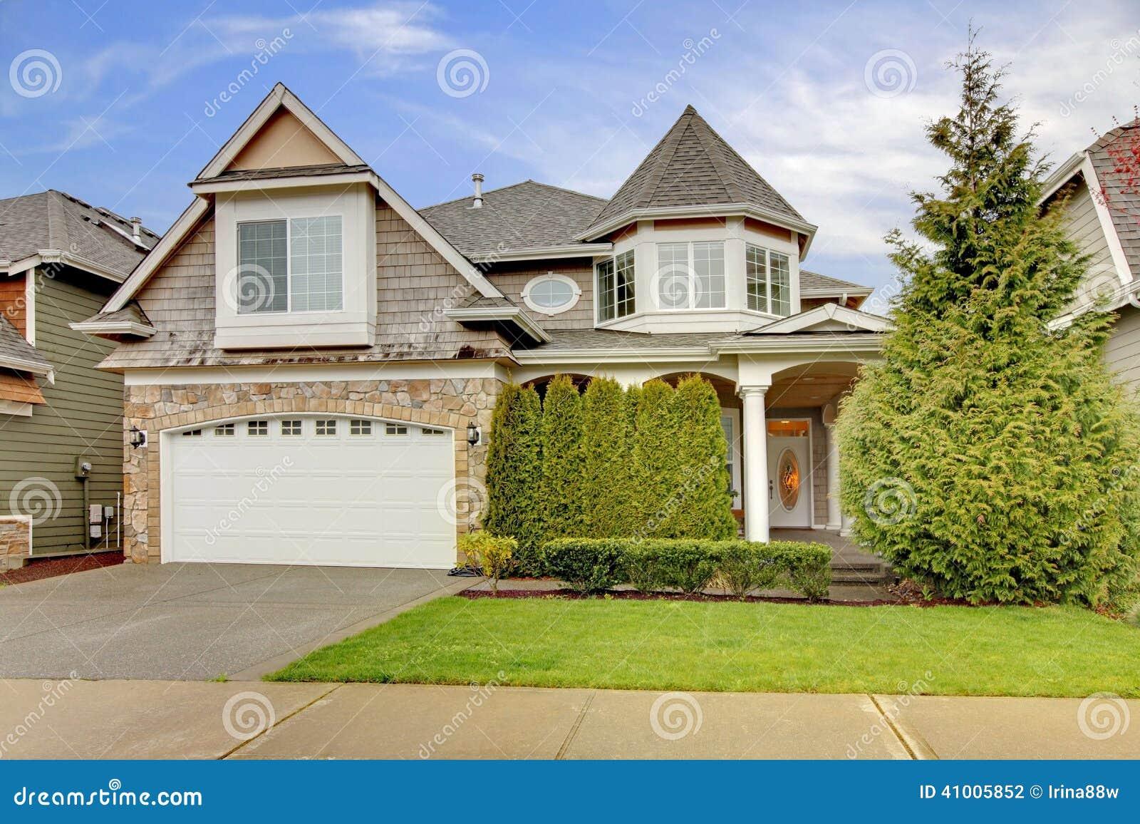 Casa com guarni o da parede de pedra e patamar da coluna for Casa con garage indipendente e breezeway