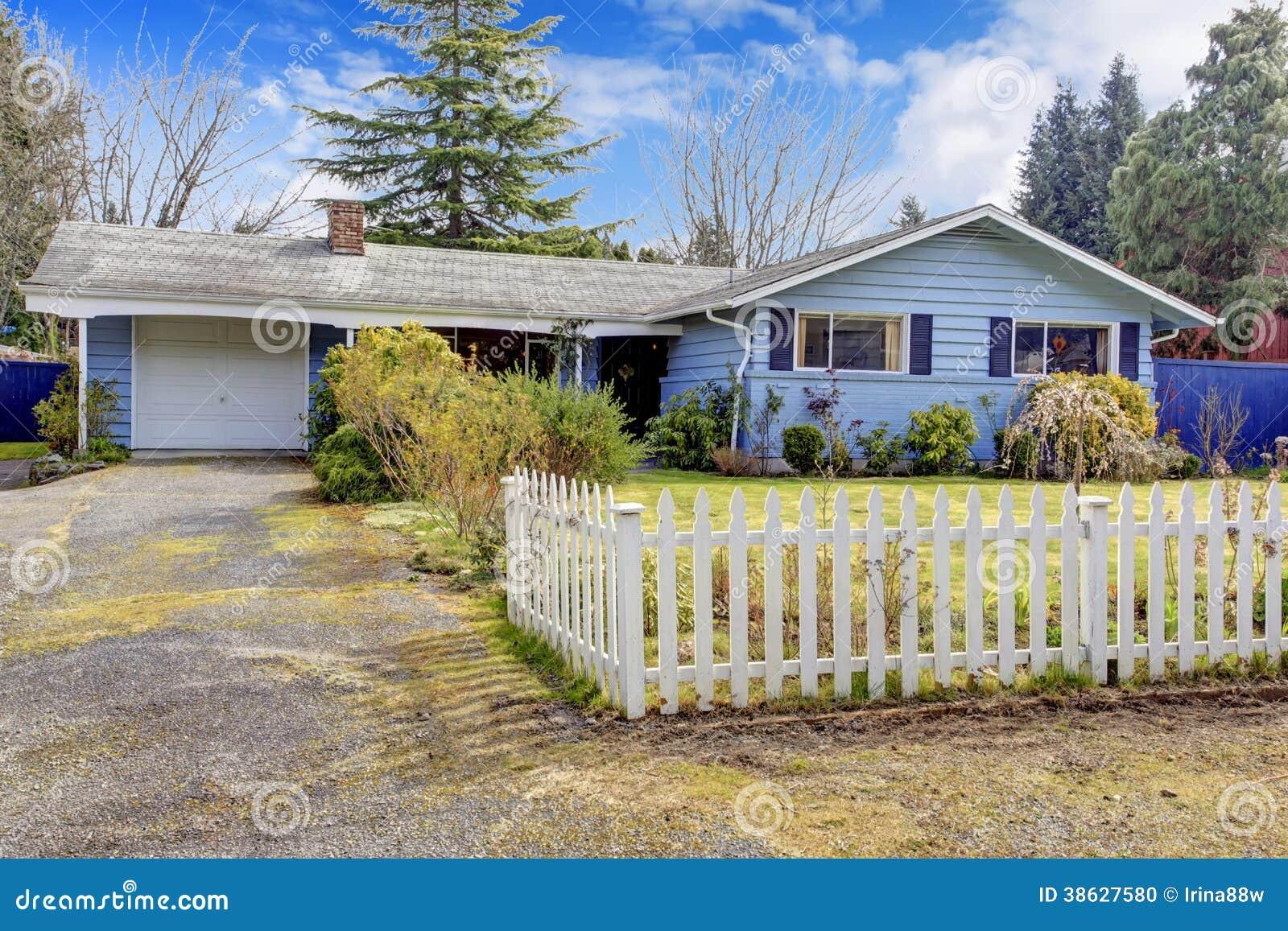 Casa com jardim da frente cercado foto de stock imagem for Casa con jardin valencia
