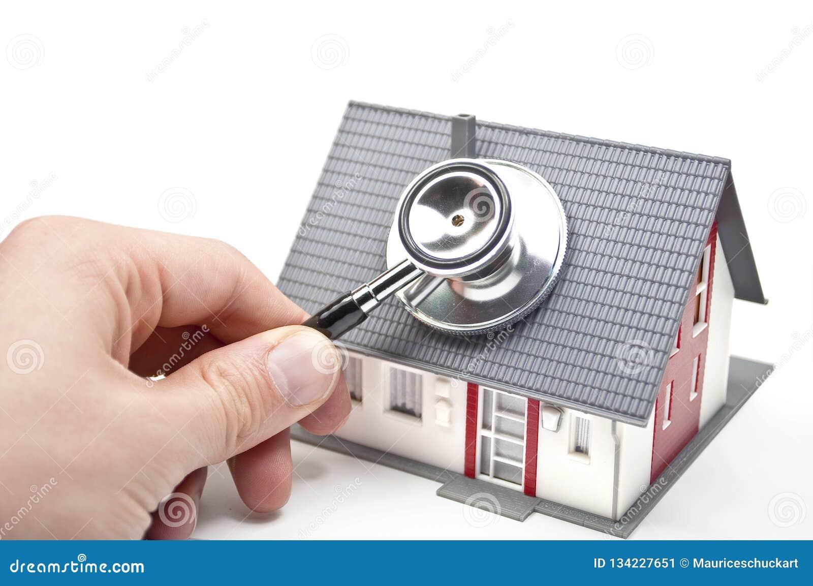 Casa com mão e estetoscópio